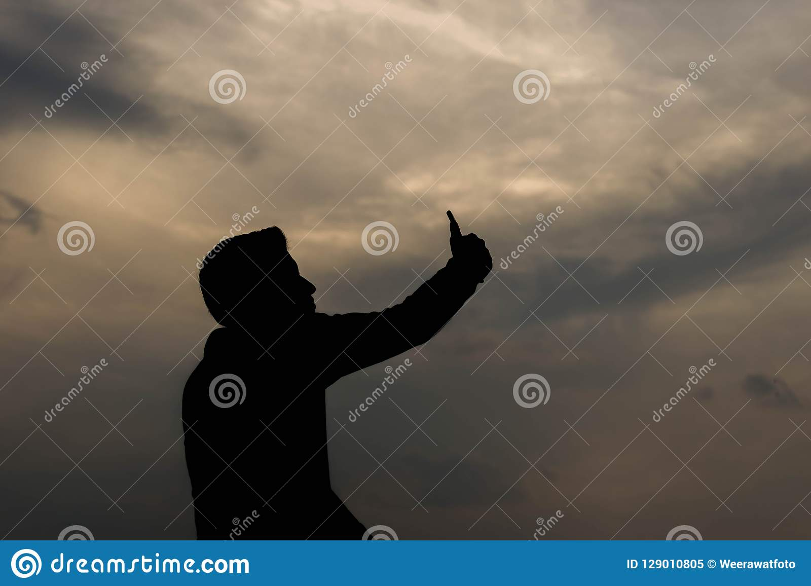 Σκιαγραφία του ατόμου που παίρνει τη φωτογραφία στο smartphone