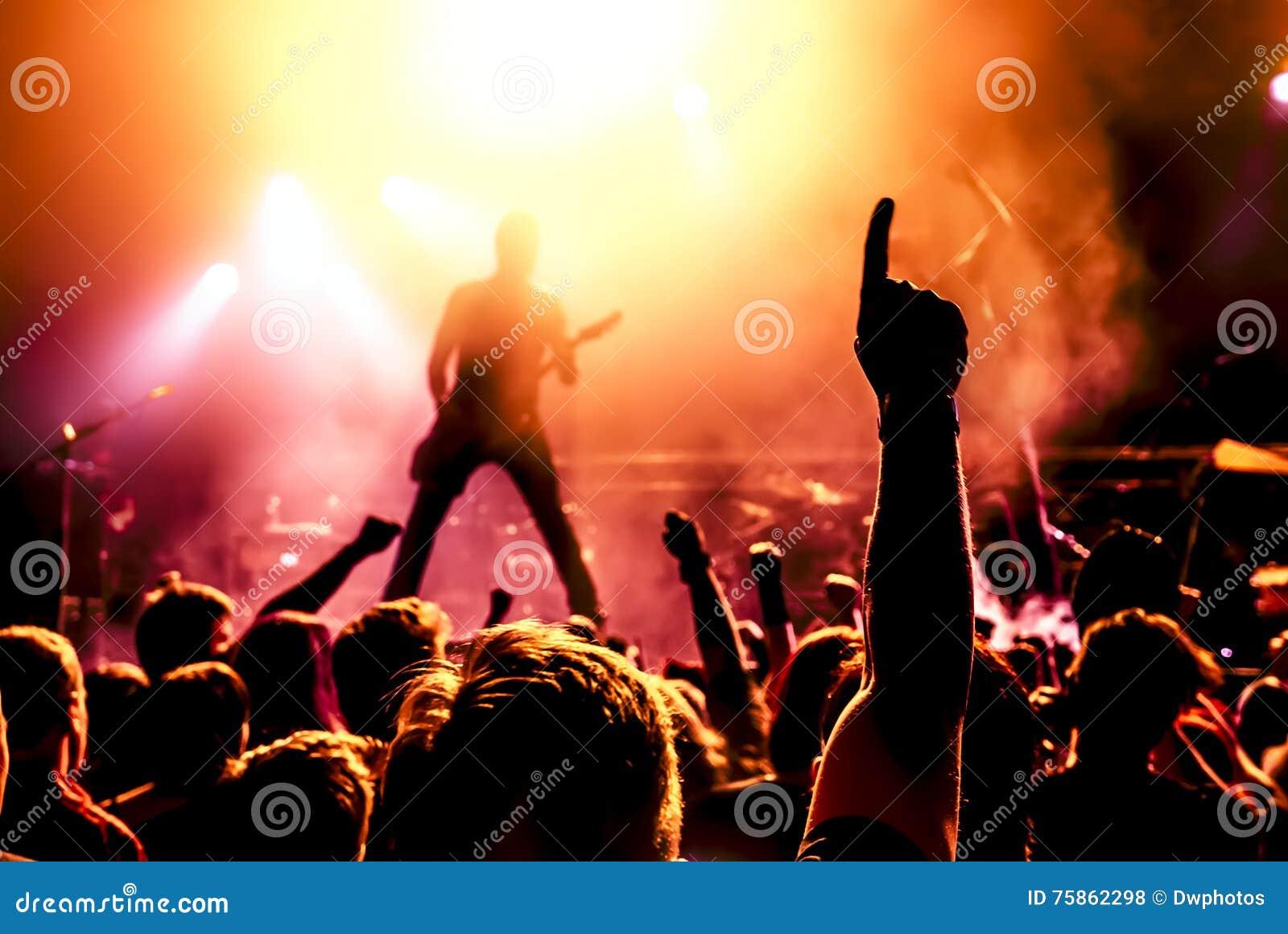 Σκιαγραφία του κιθαρίστα στη δράση στη σκηνή