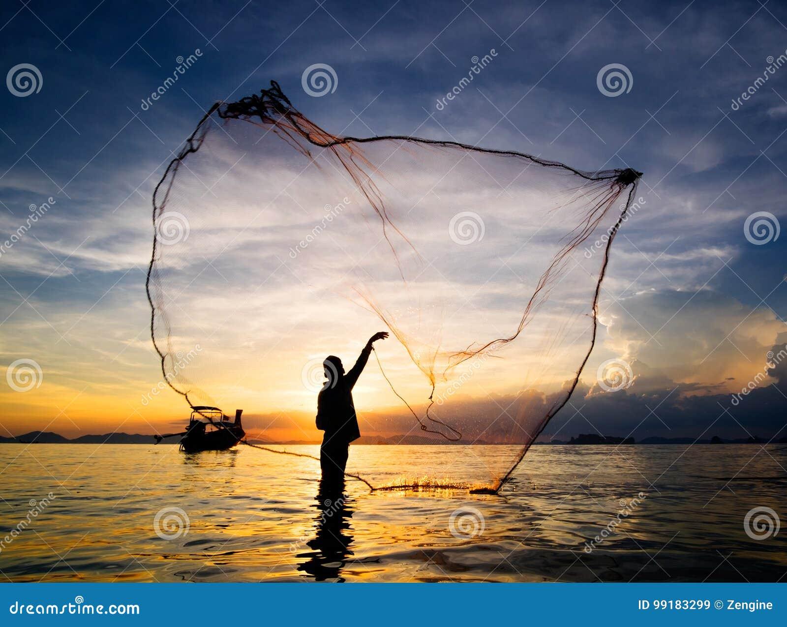 Σκιαγραφία του πετώντας διχτυού του ψαρέματος ψαράδων στη θάλασσα