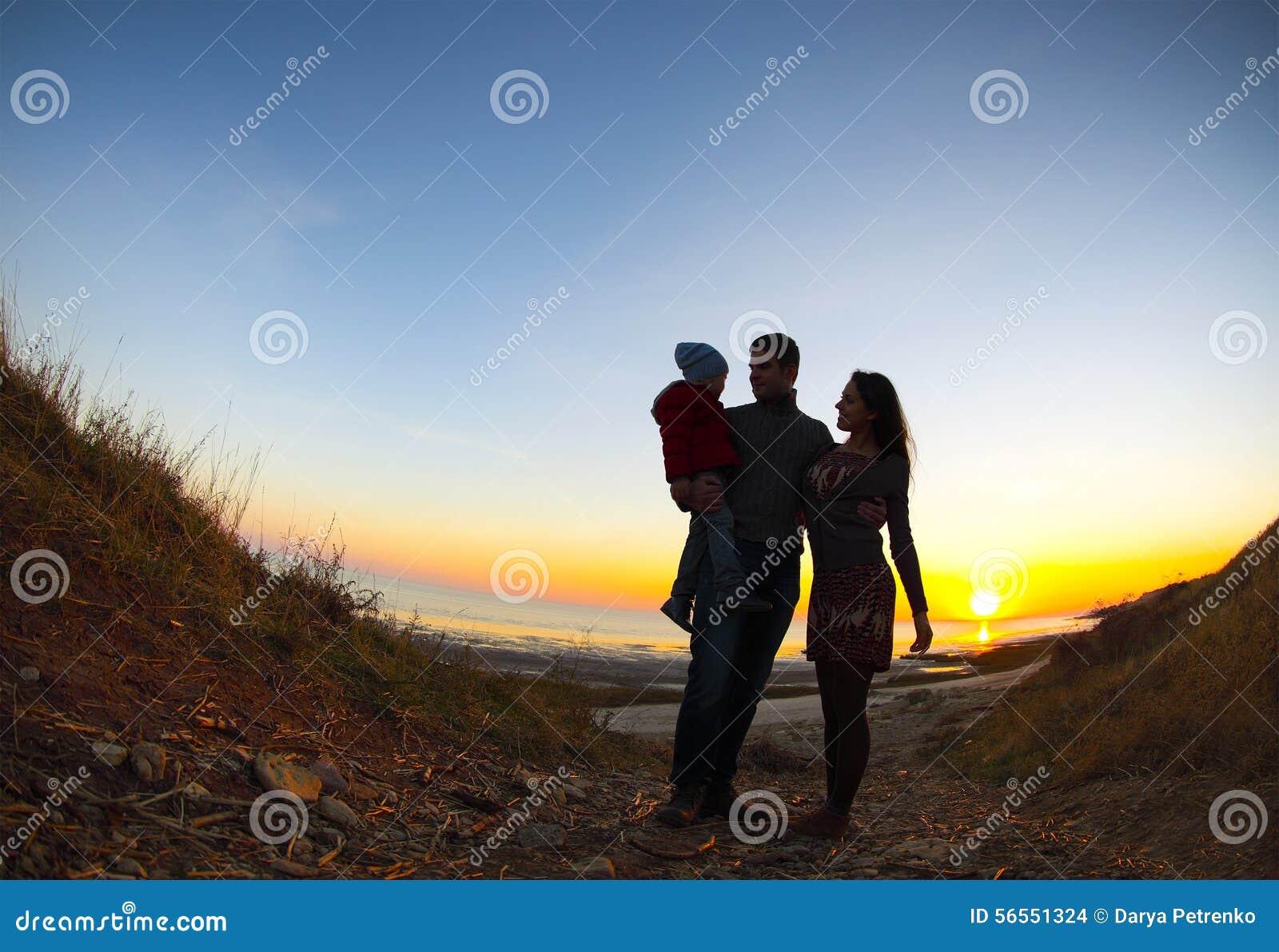 Download Σκιαγραφία δύο ευτυχών ενηλίκων και ενός παιδιού Στοκ Εικόνες - εικόνα από οικογένεια, babylonia: 56551324