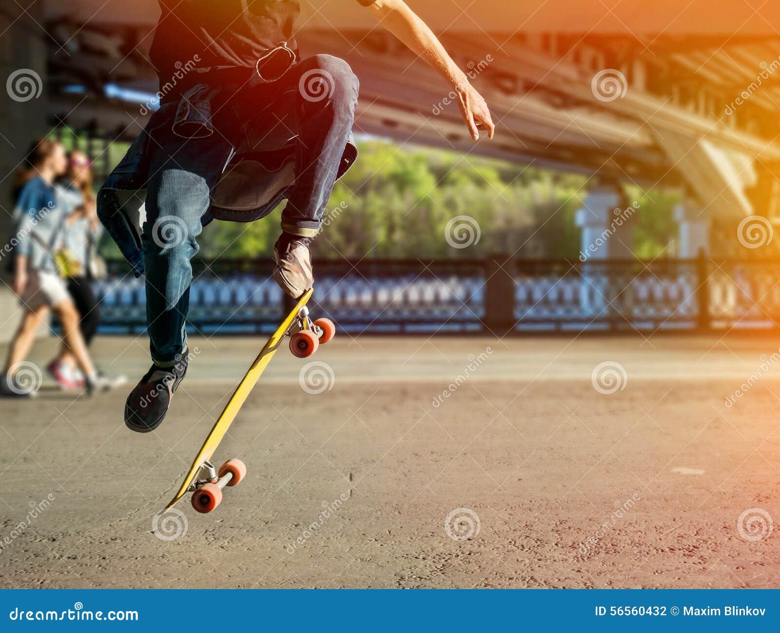 Download Σκιαγραφία Skateboarder που πηδά στην πόλη Στοκ Εικόνες - εικόνα από γρήγορα, ακτινίου: 56560432