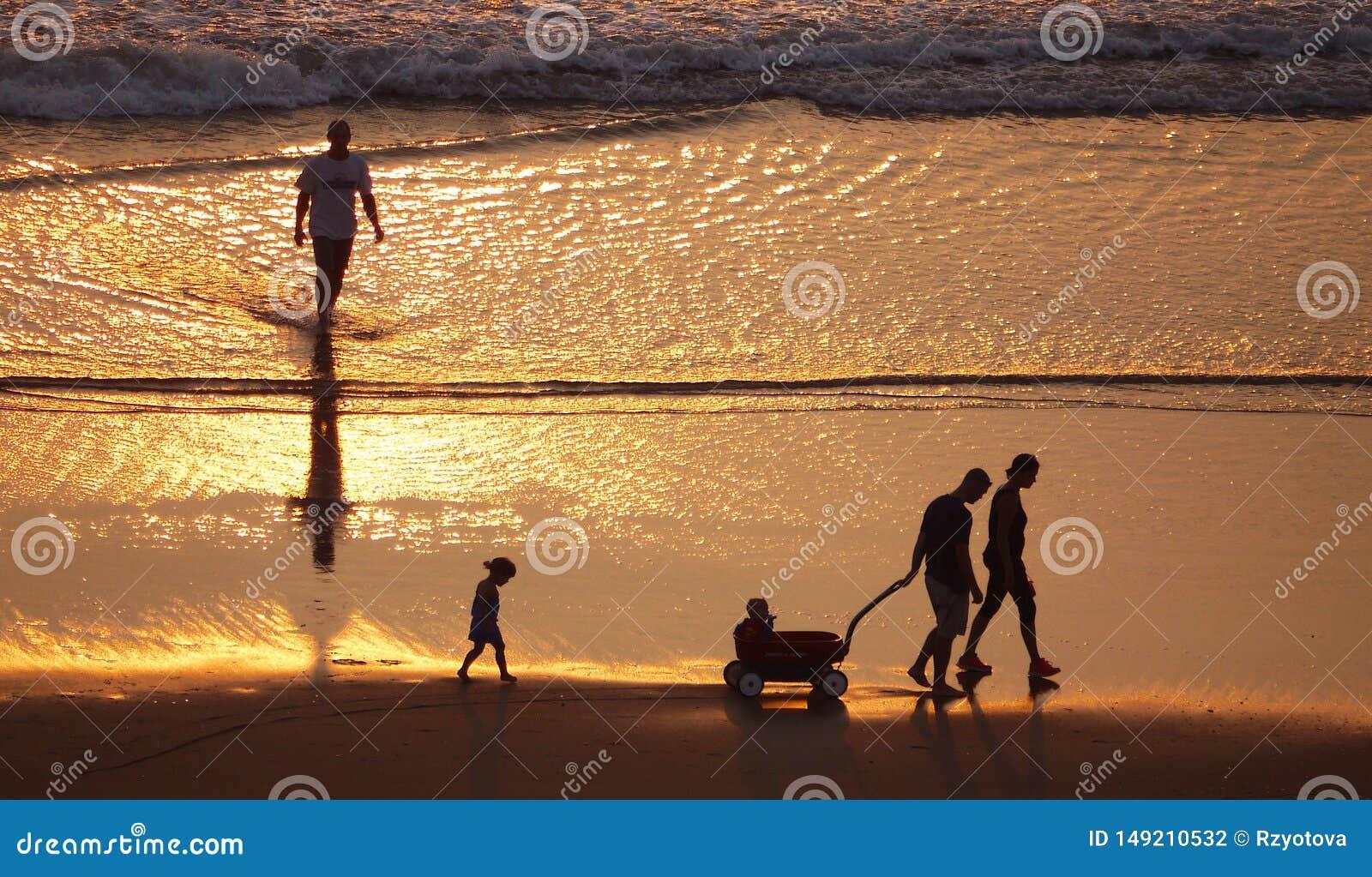 Σκιαγραφίες των ανθρώπων στην παραλία