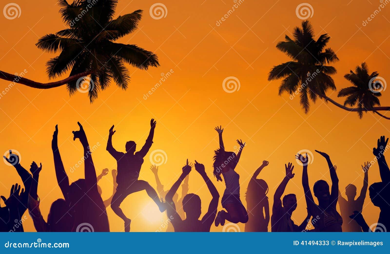 Σκιαγραφίες των νέων Partying σε μια παραλία