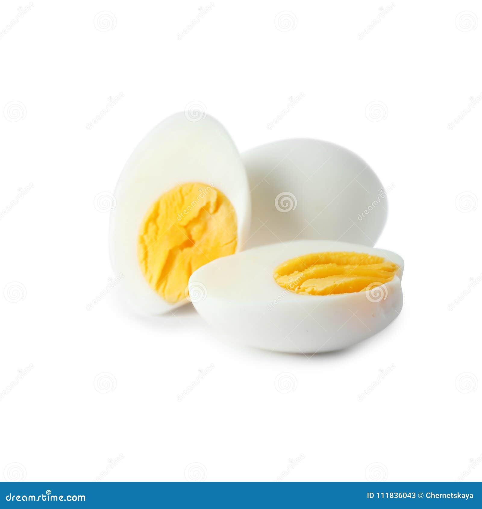 Σκληρά βρασμένα αυγά στο άσπρο υπόβαθρο