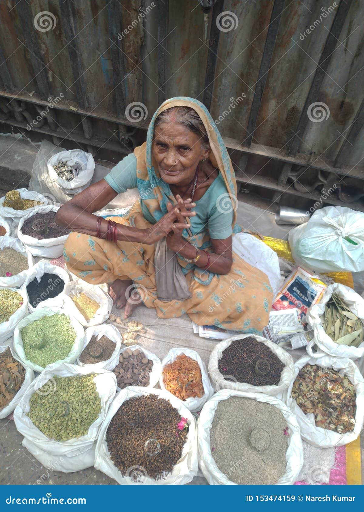 Σκληρά εργαζόμενη ινδική ηλικιωμένη κυρία