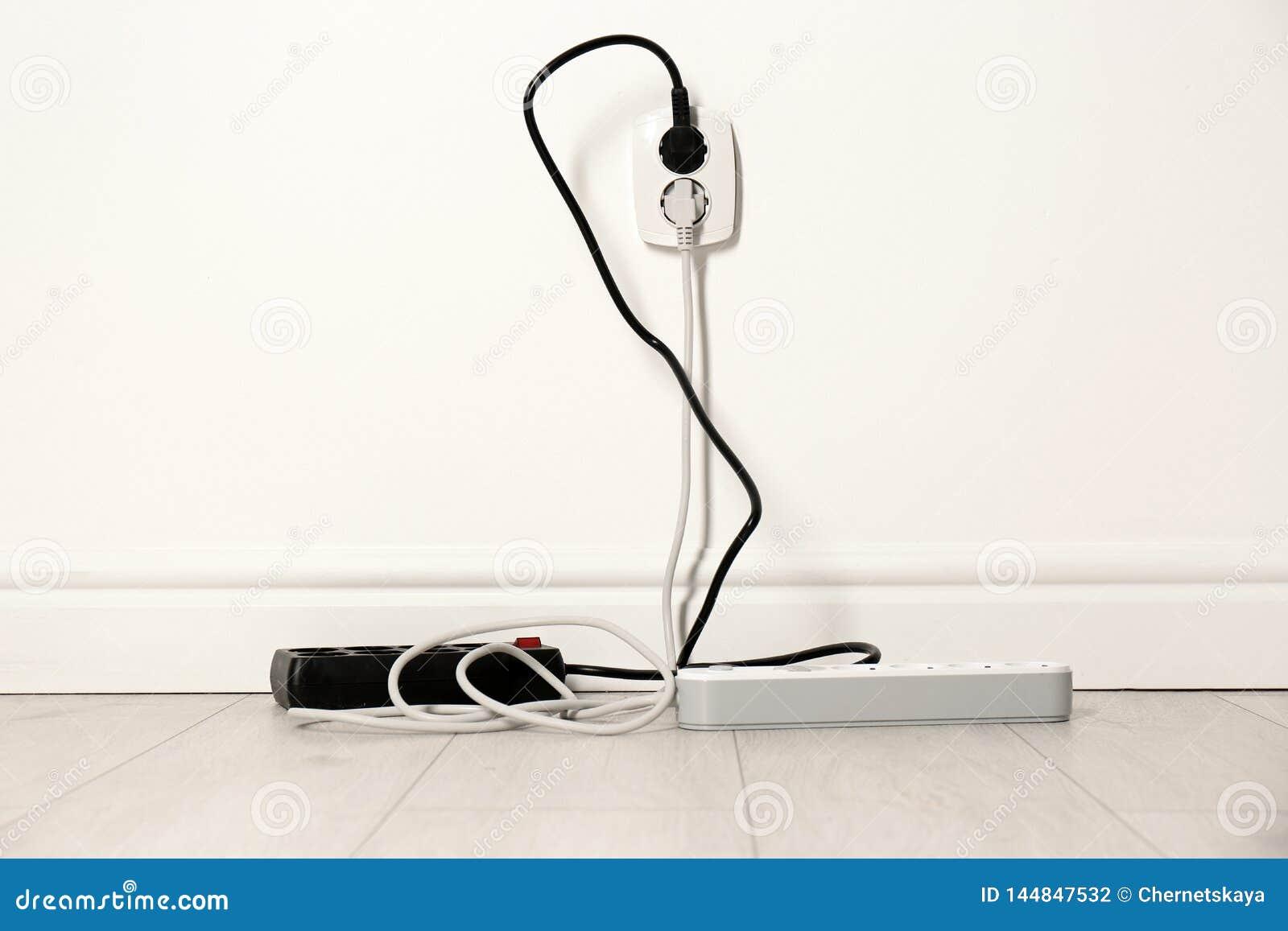Σκοινιά επέκτασης με τα βουλώματα δύναμης στην υποδοχή Επαγγελματικός εξοπλισμός ηλεκτρολόγου