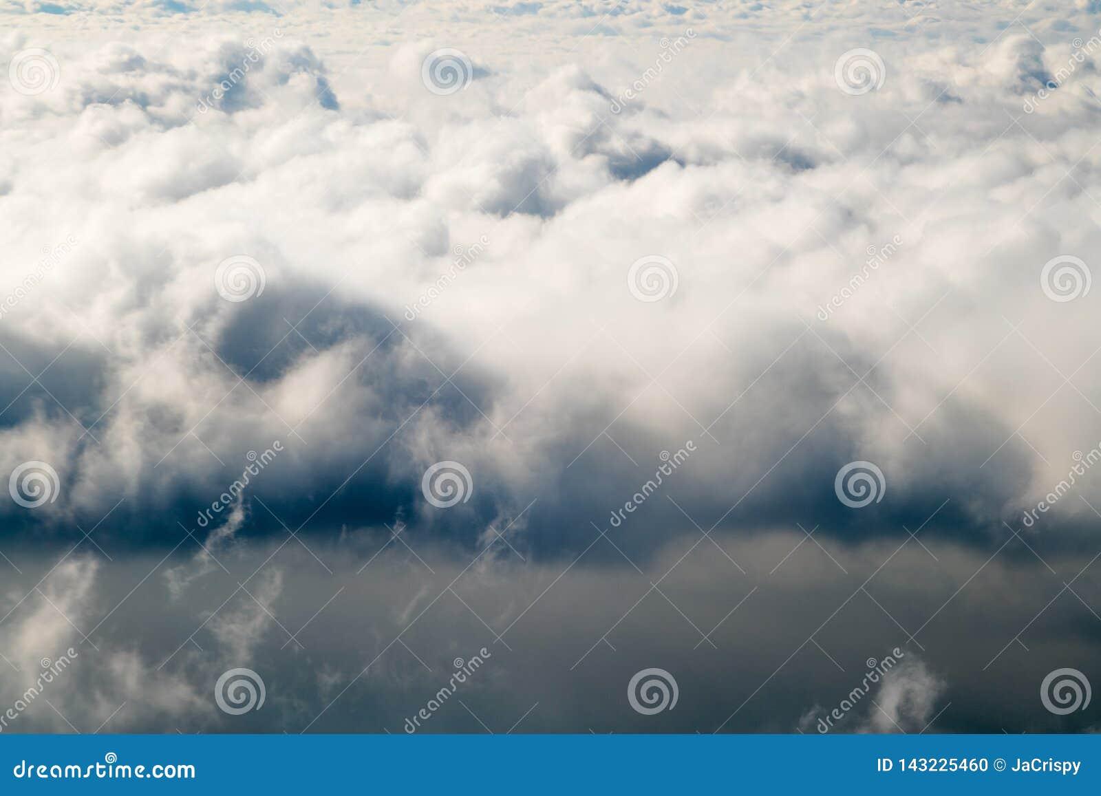 Σκοτεινά θυελλώδη σύννεφα βροχής στον ουρανό Δραματικό υπόβαθρο σύννεφων βροχής χωρίς έδαφος, άσχημος καιρός