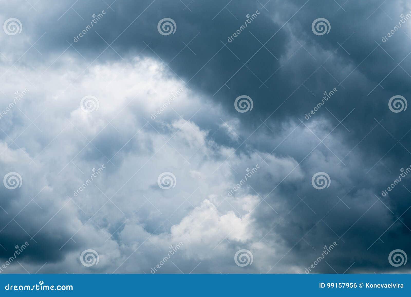 Σκοτεινά σύννεφα θύελλας πριν από τη βροχή Δραματικός ουρανός με τα θυελλώδη σύννεφα