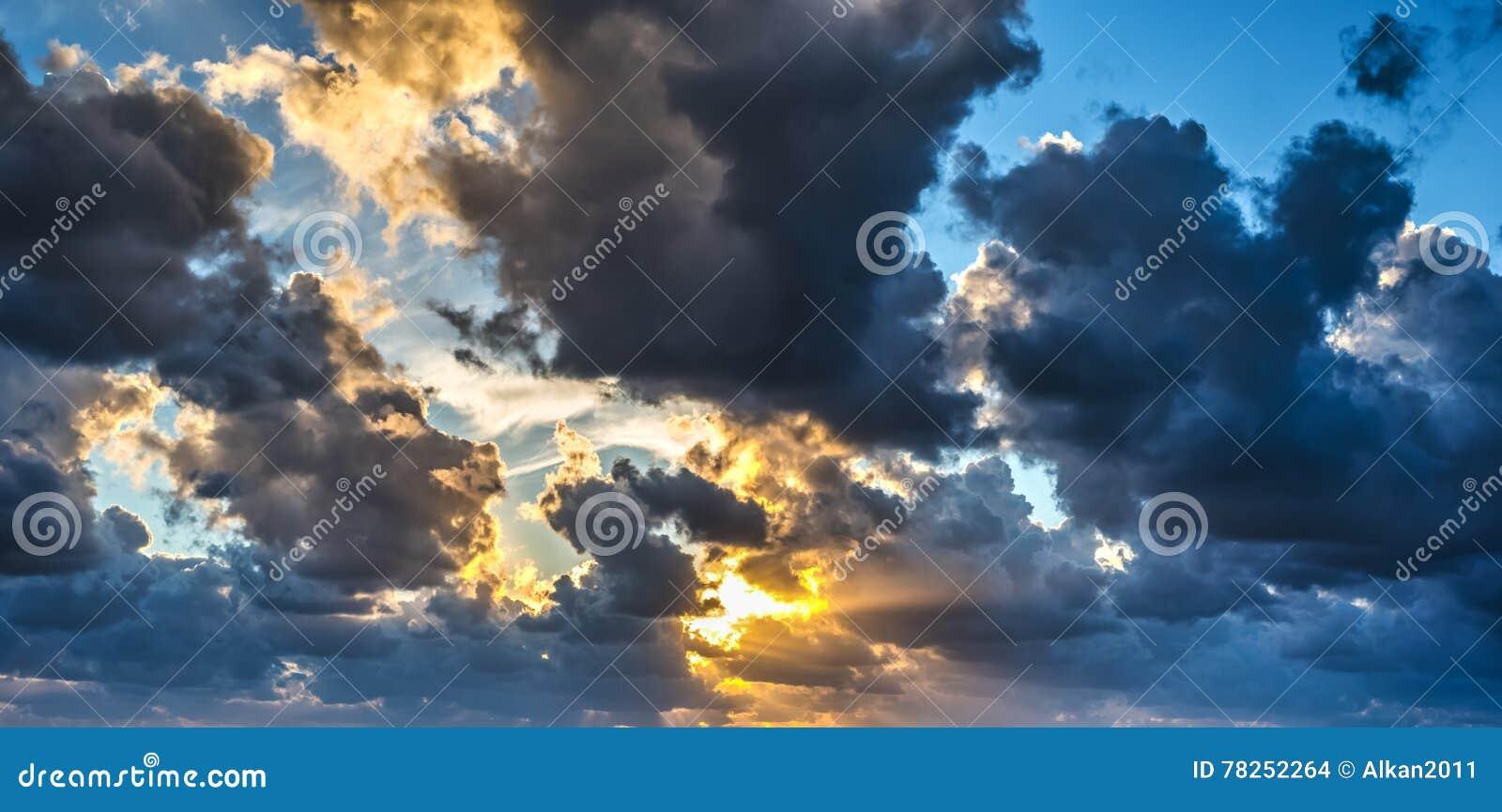 Σκοτεινά σύννεφα και φωτεινός ήλιος
