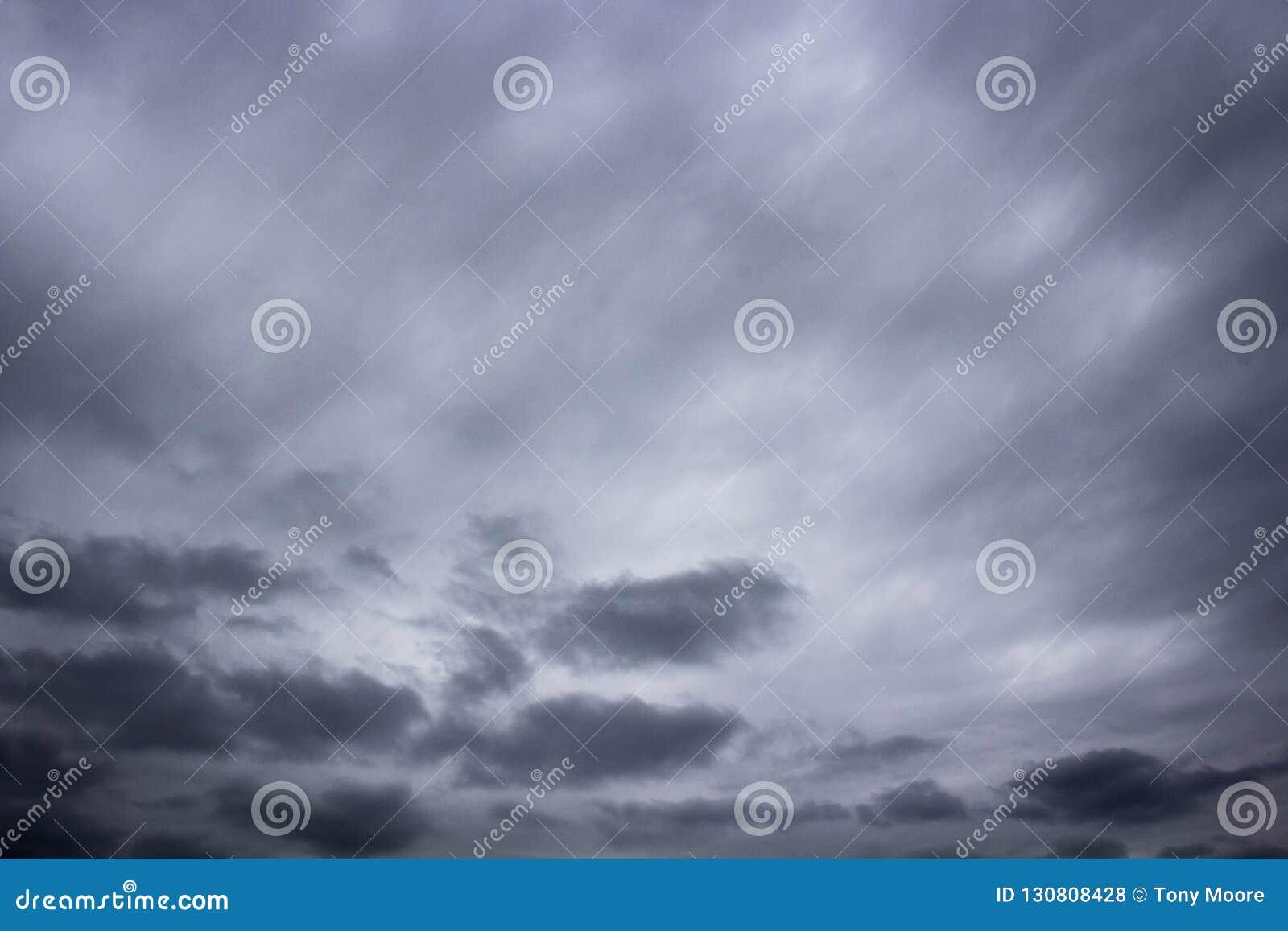 Σκοτεινά σύννεφα που κυλούν μέσα