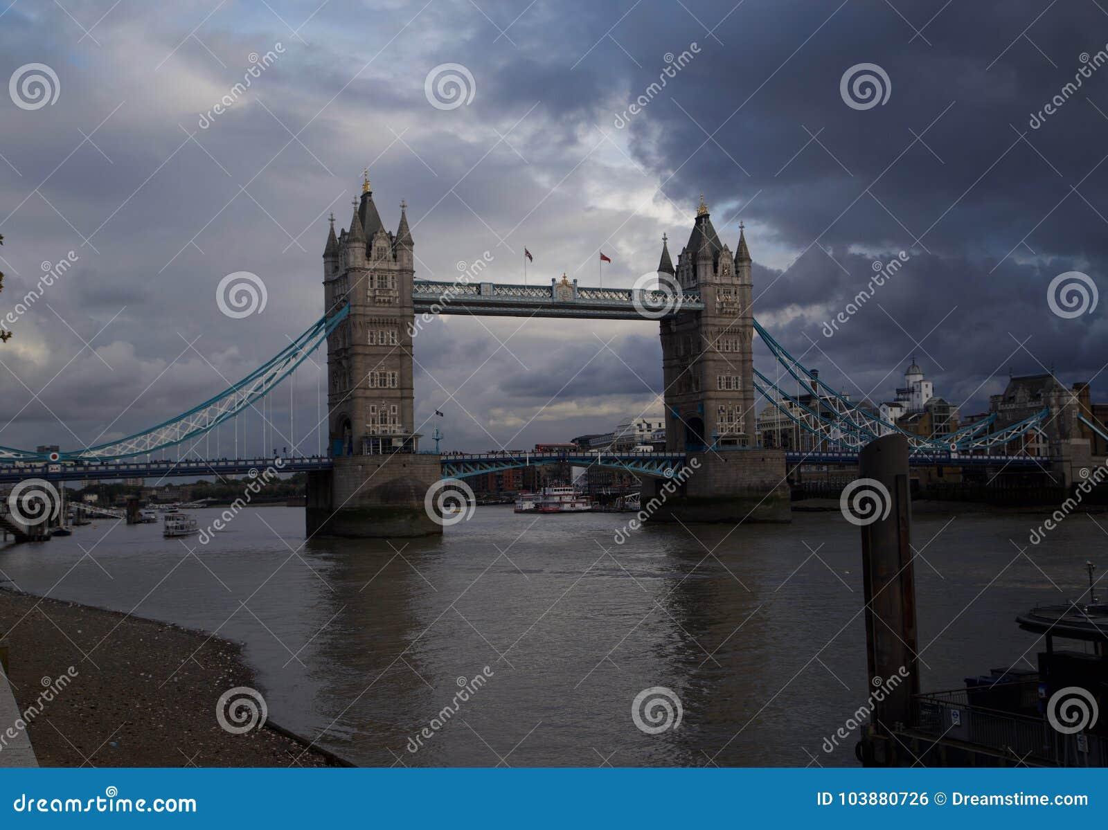 Σκοτεινά σύννεφα που περιβάλλουν τη γέφυρα του Λονδίνου