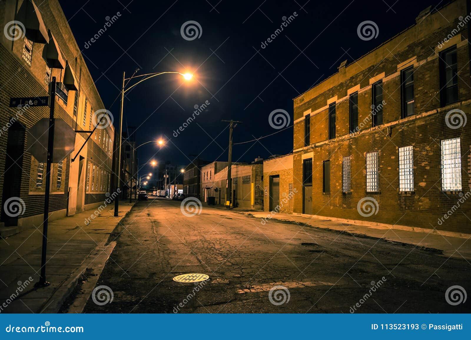 Σκοτεινή και τρομακτική αστική βιομηχανική περιοχή πόλης τη νύχτα