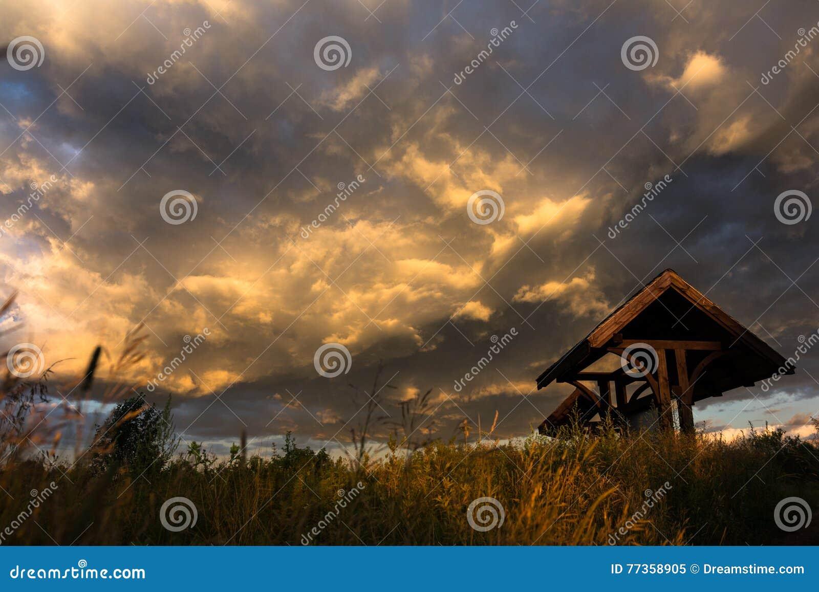 σκοτεινή δραματική θύελλα σύννεφων