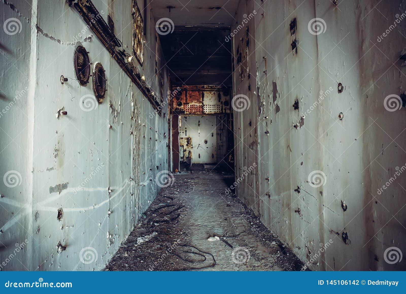 Σκοτεινός ανατριχιαστικός διάδρομος στον εγκαταλειμμένο πυρηνικό στ