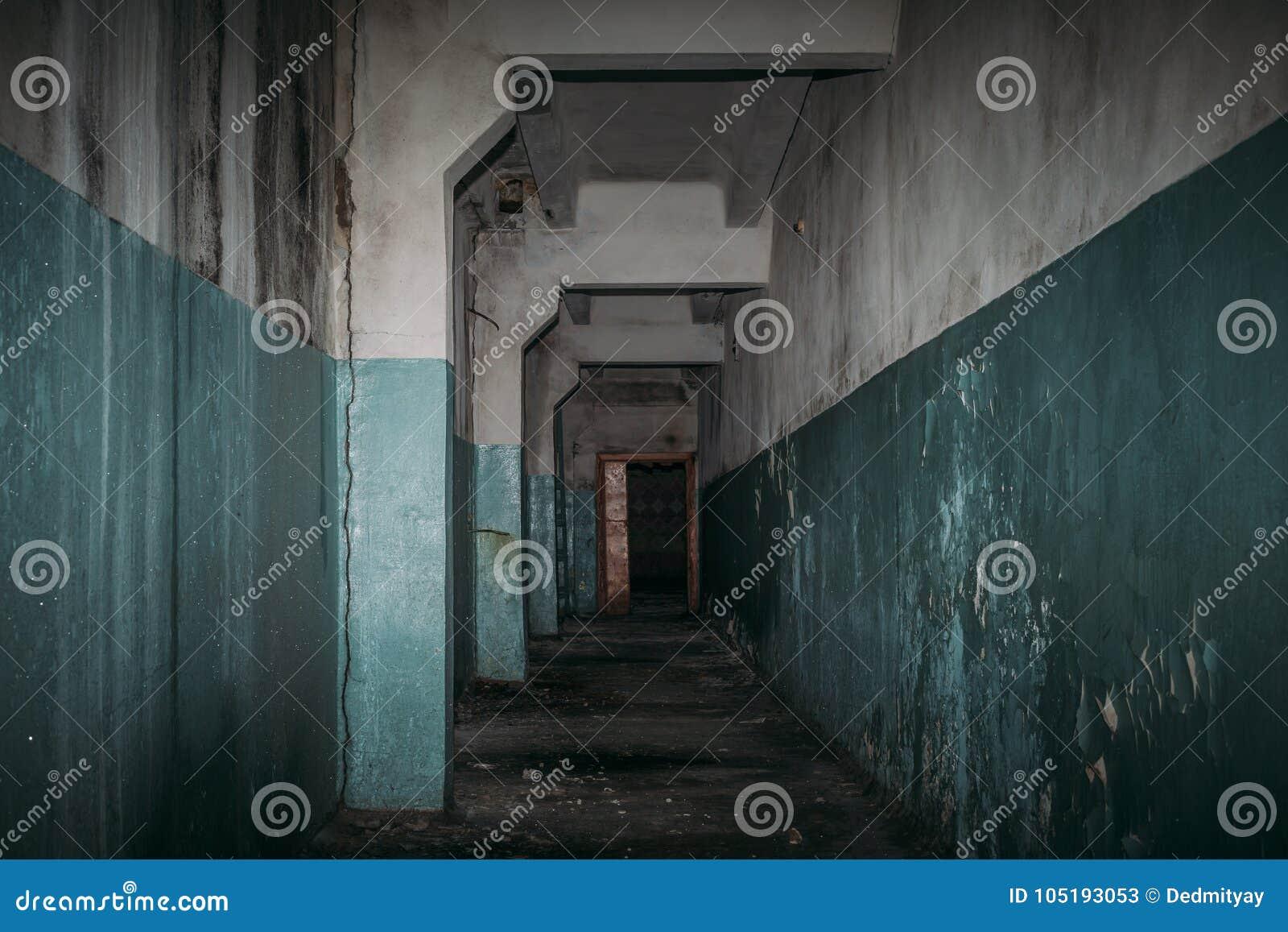 Σκοτεινός ανατριχιαστικός διάδρομος στο τρομακτικό εγκαταλειμμένο κτήριο, ατμόσφαιρα φρίκης