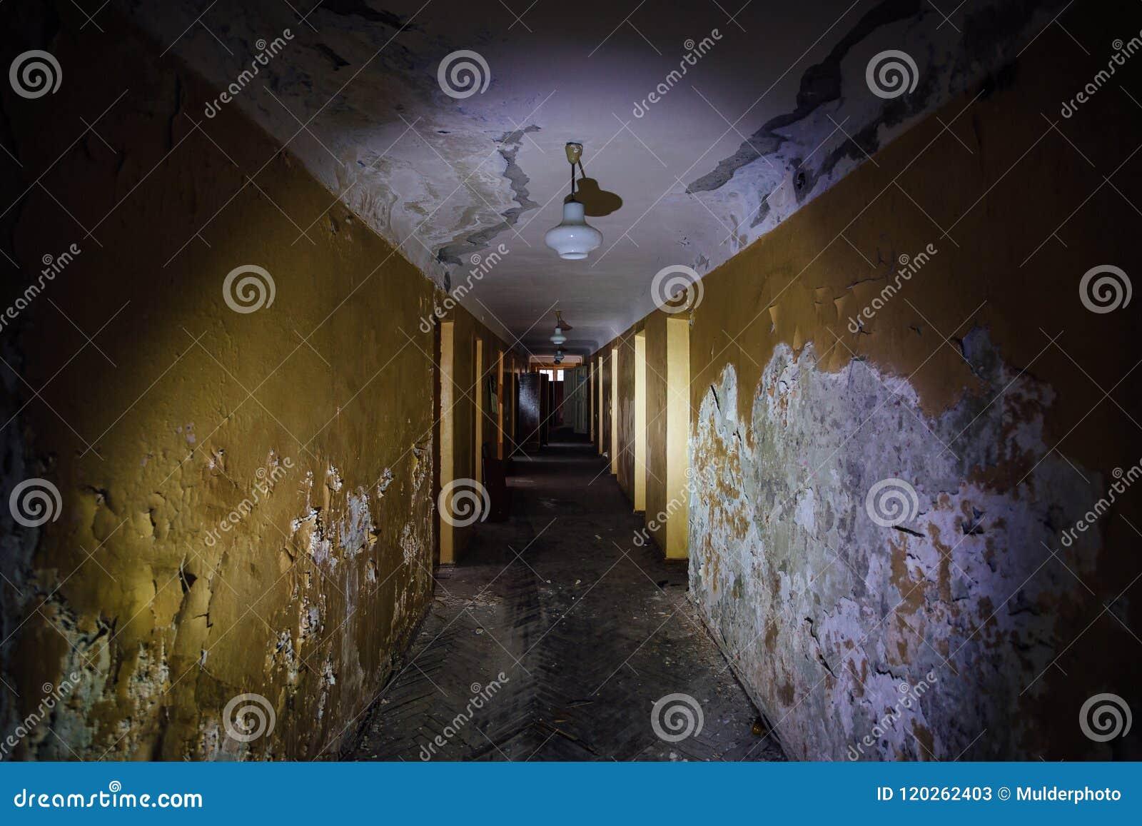 Σκοτεινός ανατριχιαστικός διάδρομος του εγκαταλειμμένου κτηρίου