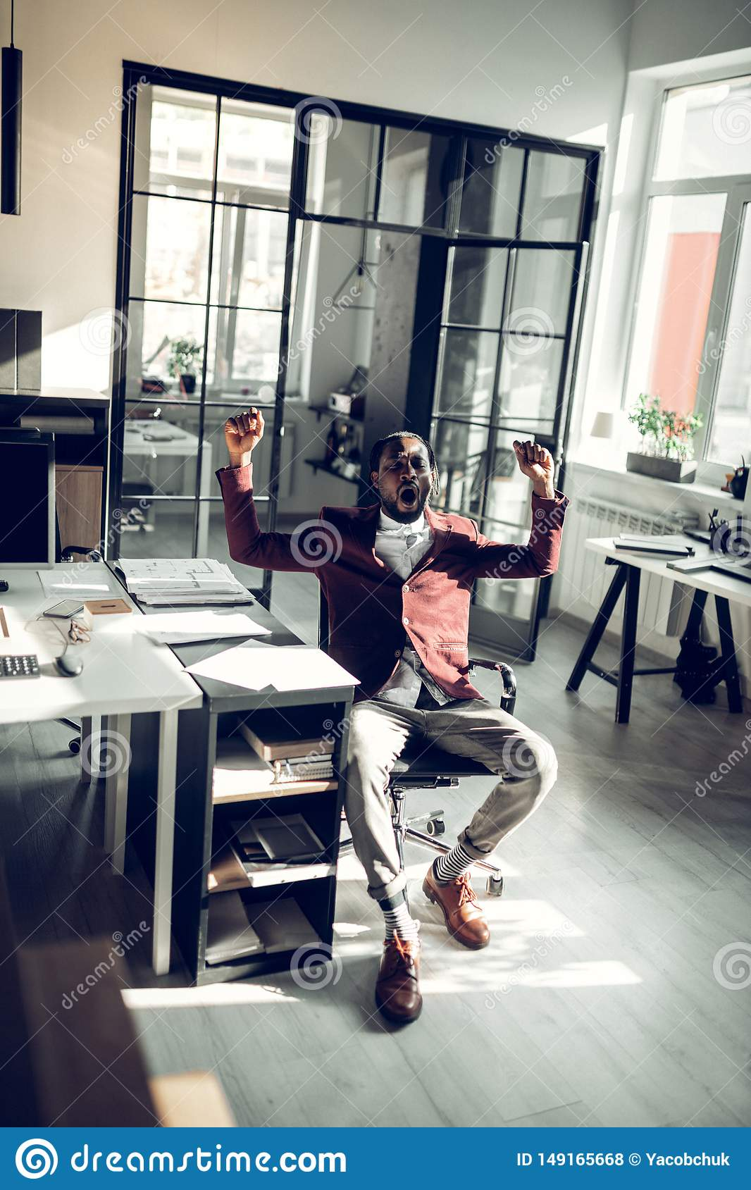 Σκοτεινός-ξεφλουδισμένος επιχειρηματίας που χασμουριέται μετά από να εργαστεί όλη την ημέρα