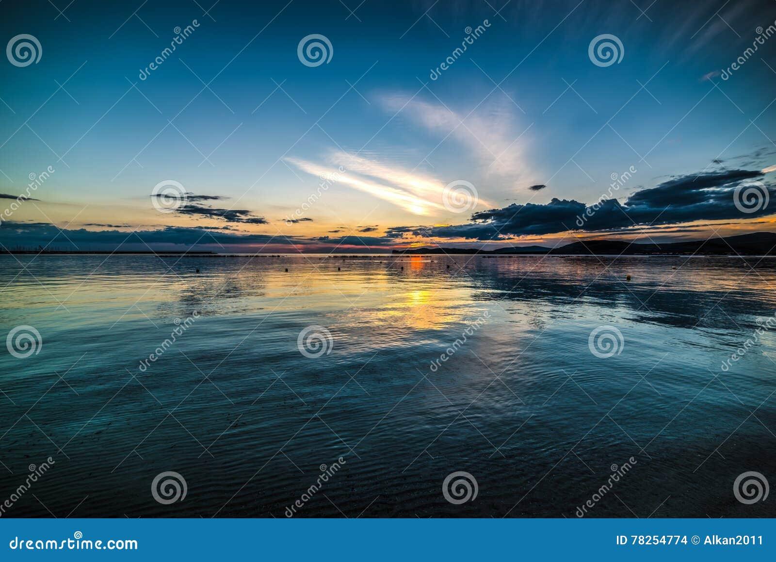 Σκοτεινός ουρανός πέρα από τη θάλασσα