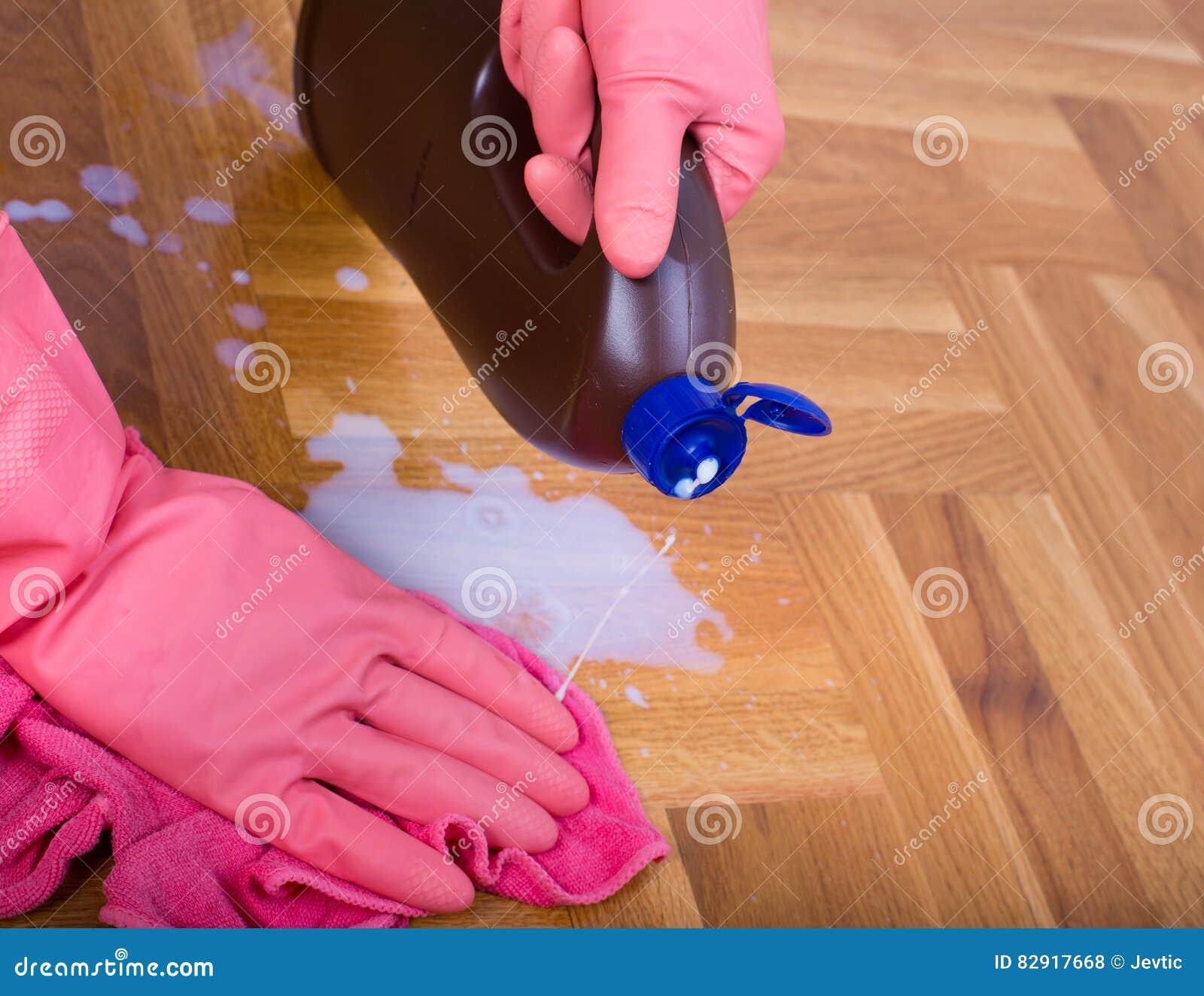 Σκουπίζοντας πάτωμα χεριών