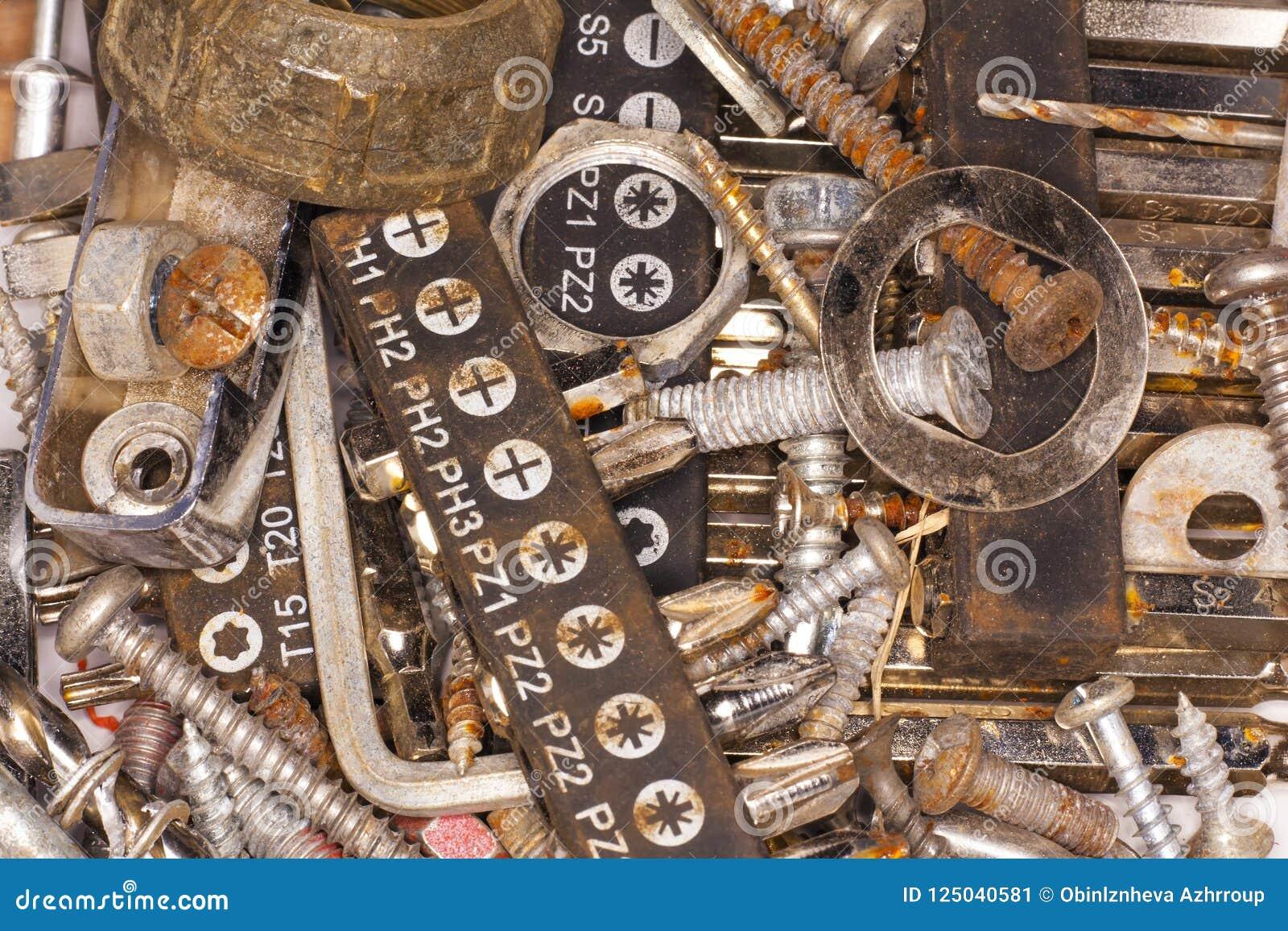 Σκουριασμένα βίδες, καρφιά και εργαλεία