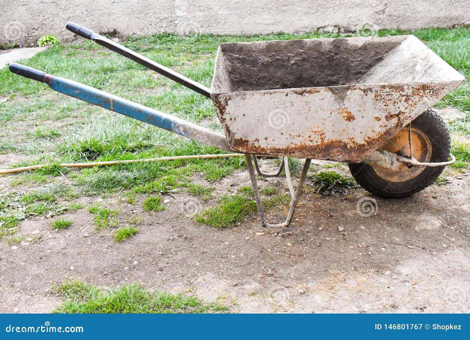 Σκουριασμένο και βρώμικο wheelbarrow