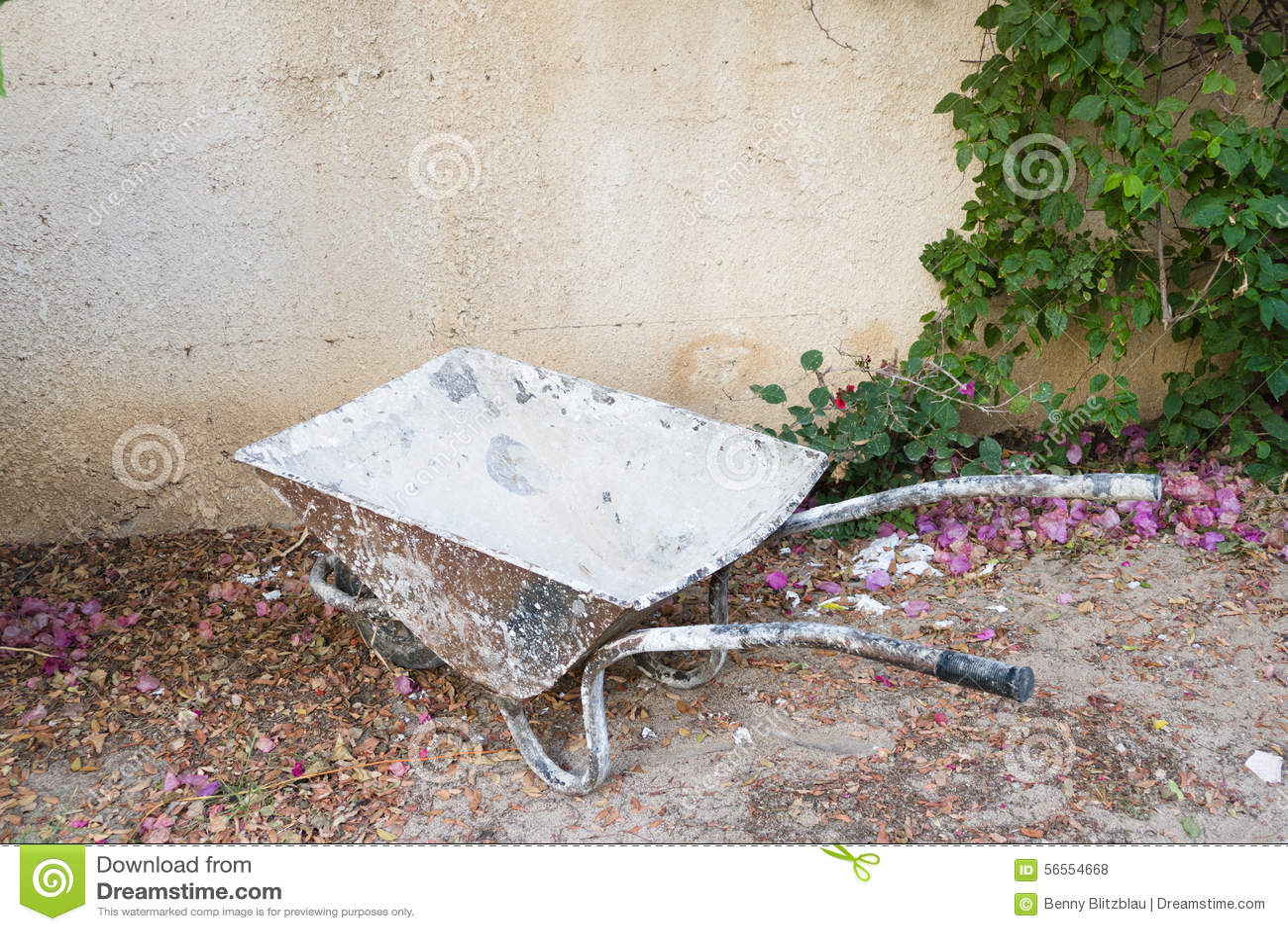 Download Σκουριασμένο wheelbarrow στοκ εικόνες. εικόνα από ρύπος - 56554668