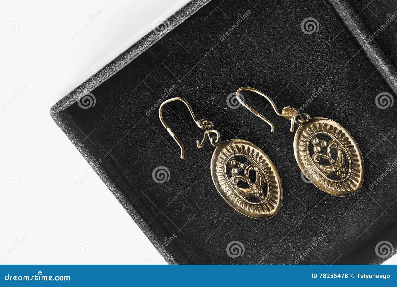 Σκουλαρίκια σε ένα κιβώτιο