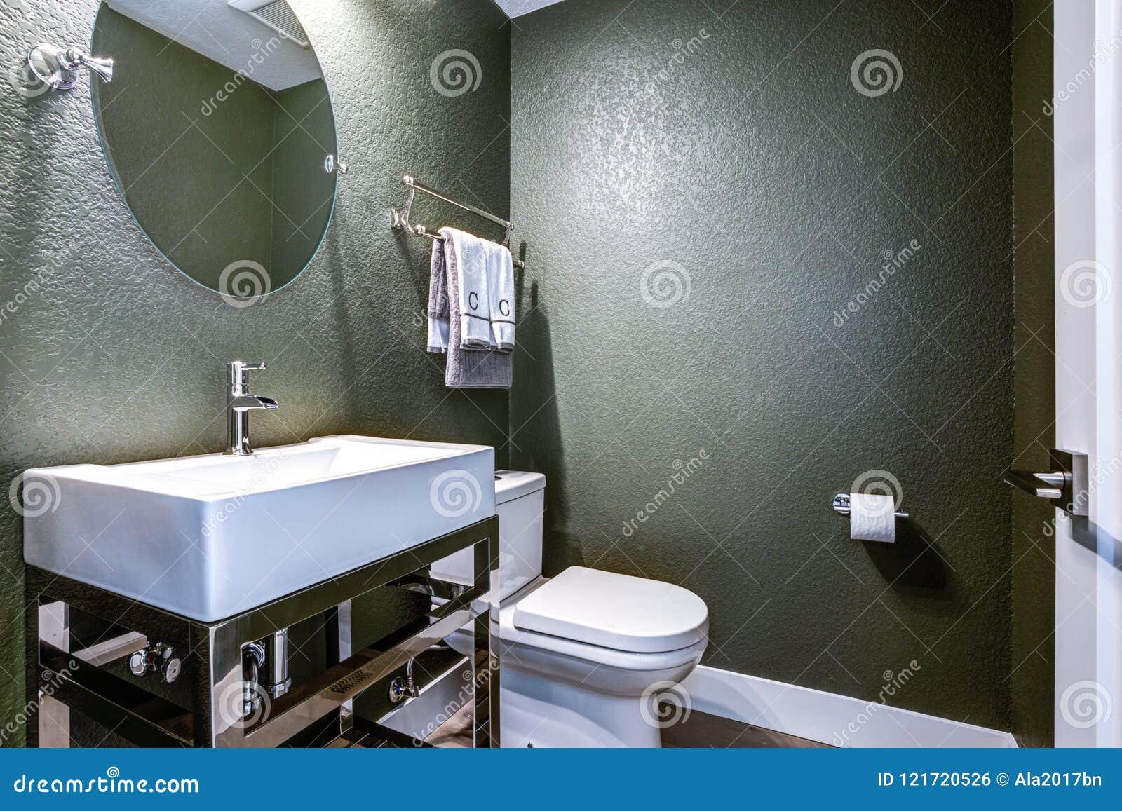 Σκούρο γκρι δωμάτιο σκονών με το χρώμιο washstand