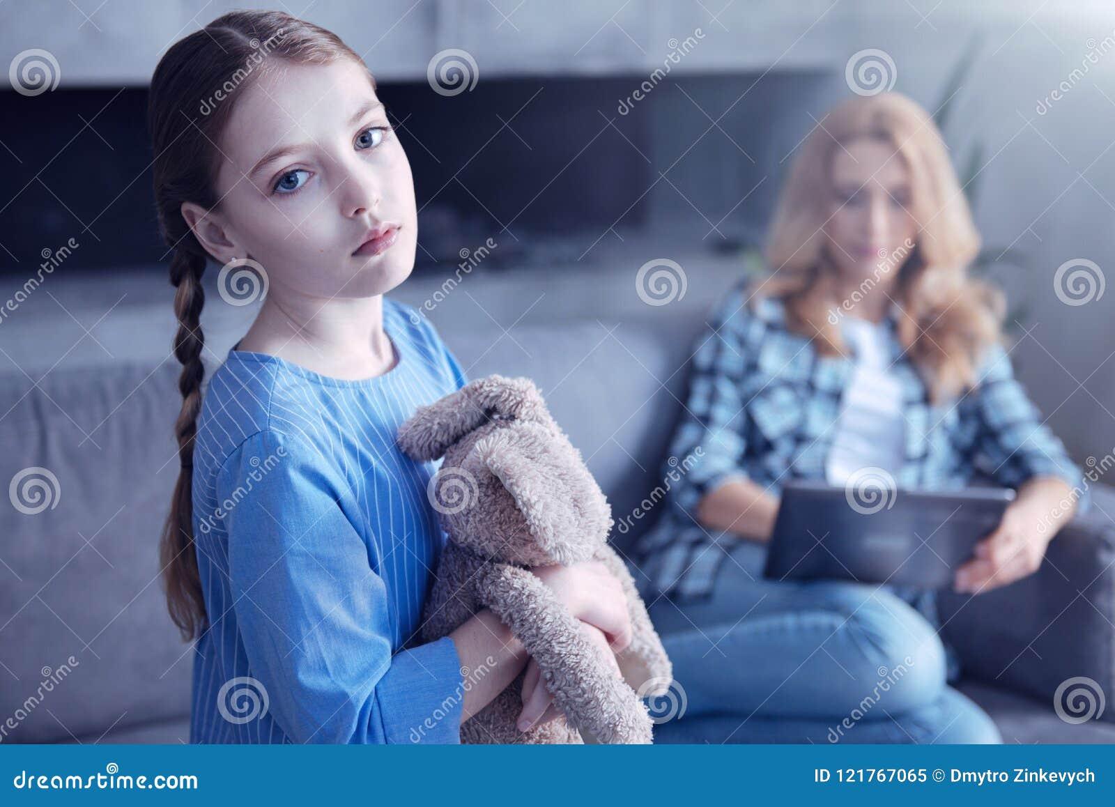 Σκυθρωπό χαριτωμένο κορίτσι που δεν λαμβάνει καμία προσοχή