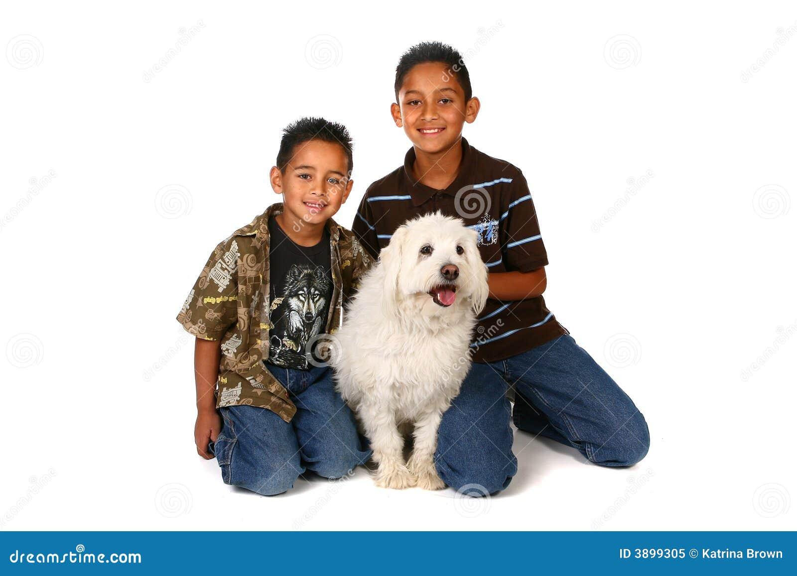 σκυλί δύο αγοριών λευκό