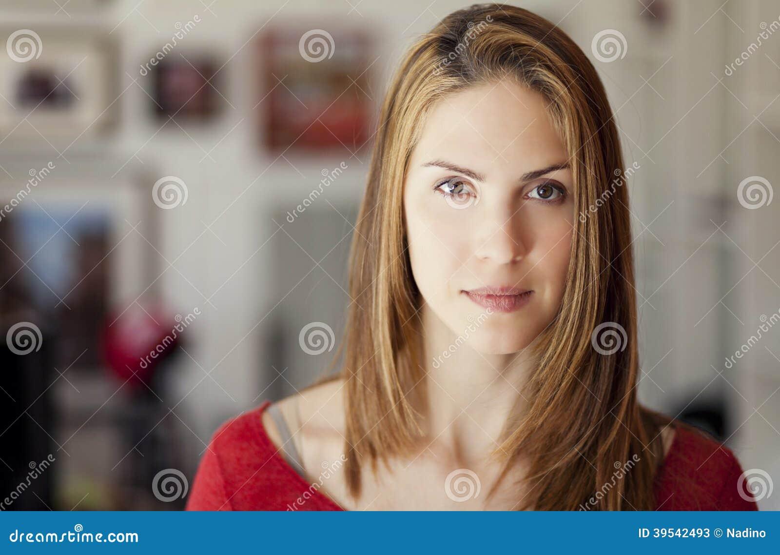 Σοβαρή ενήλικη γυναίκα