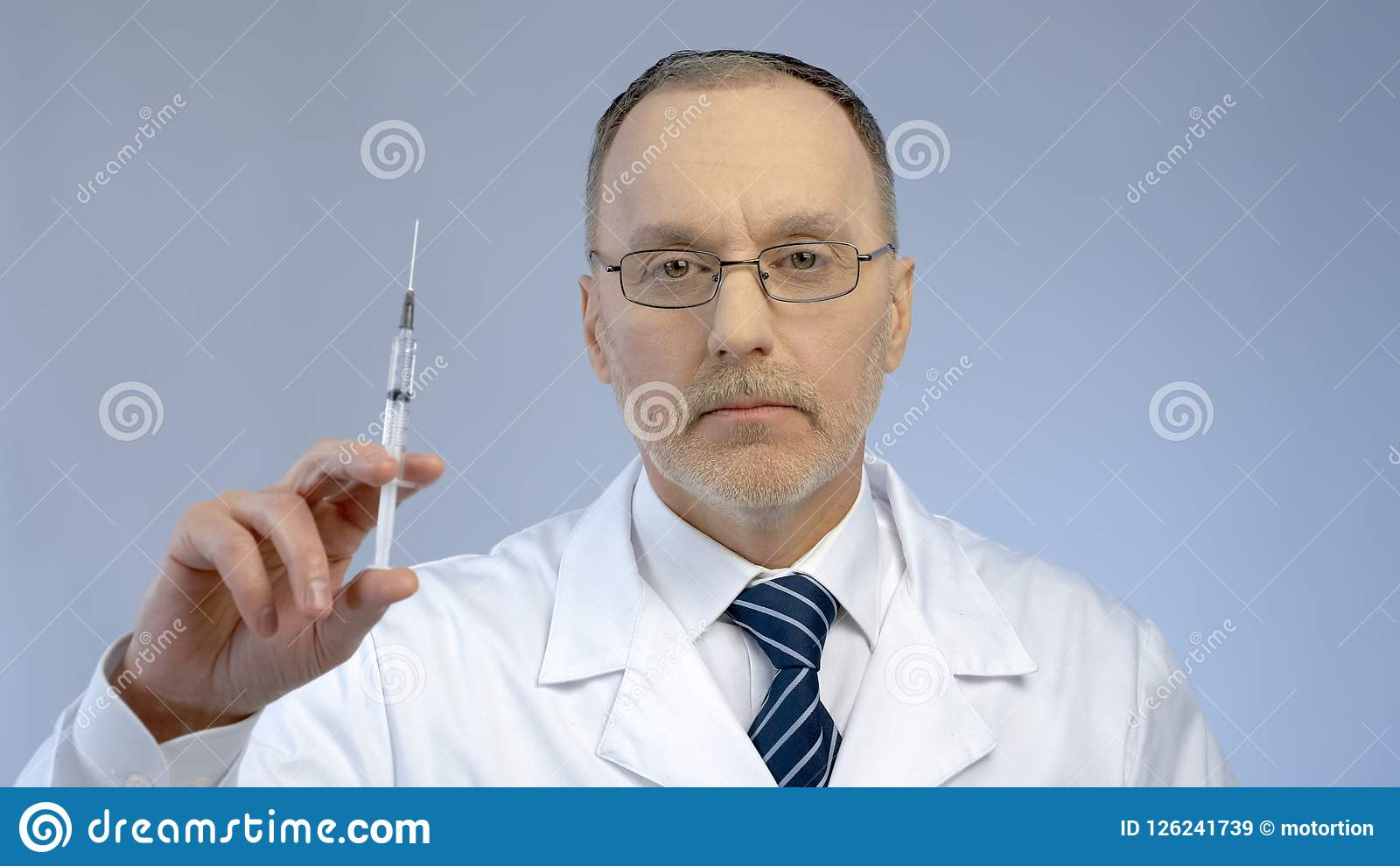 Σοβαρή σύριγγα εκμετάλλευσης γιατρών, έτοιμη να κάνει την έγχυση εμβολίων, επιδημία γρίπης
