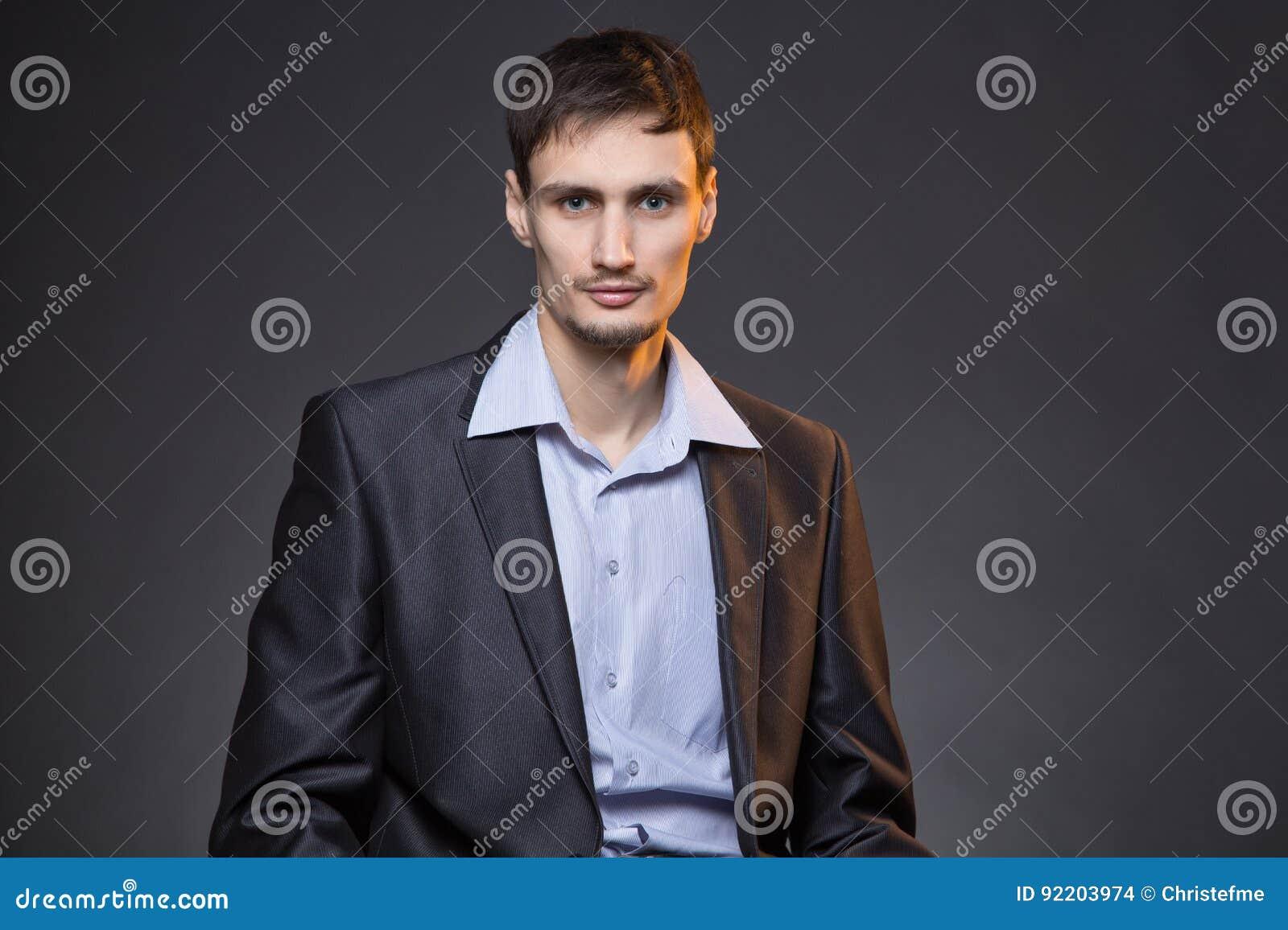 Σοβαρός επιχειρηματίας Brunette στο σακάκι Στοκ Εικόνες - εικόνα από ... 8ac21fe4049