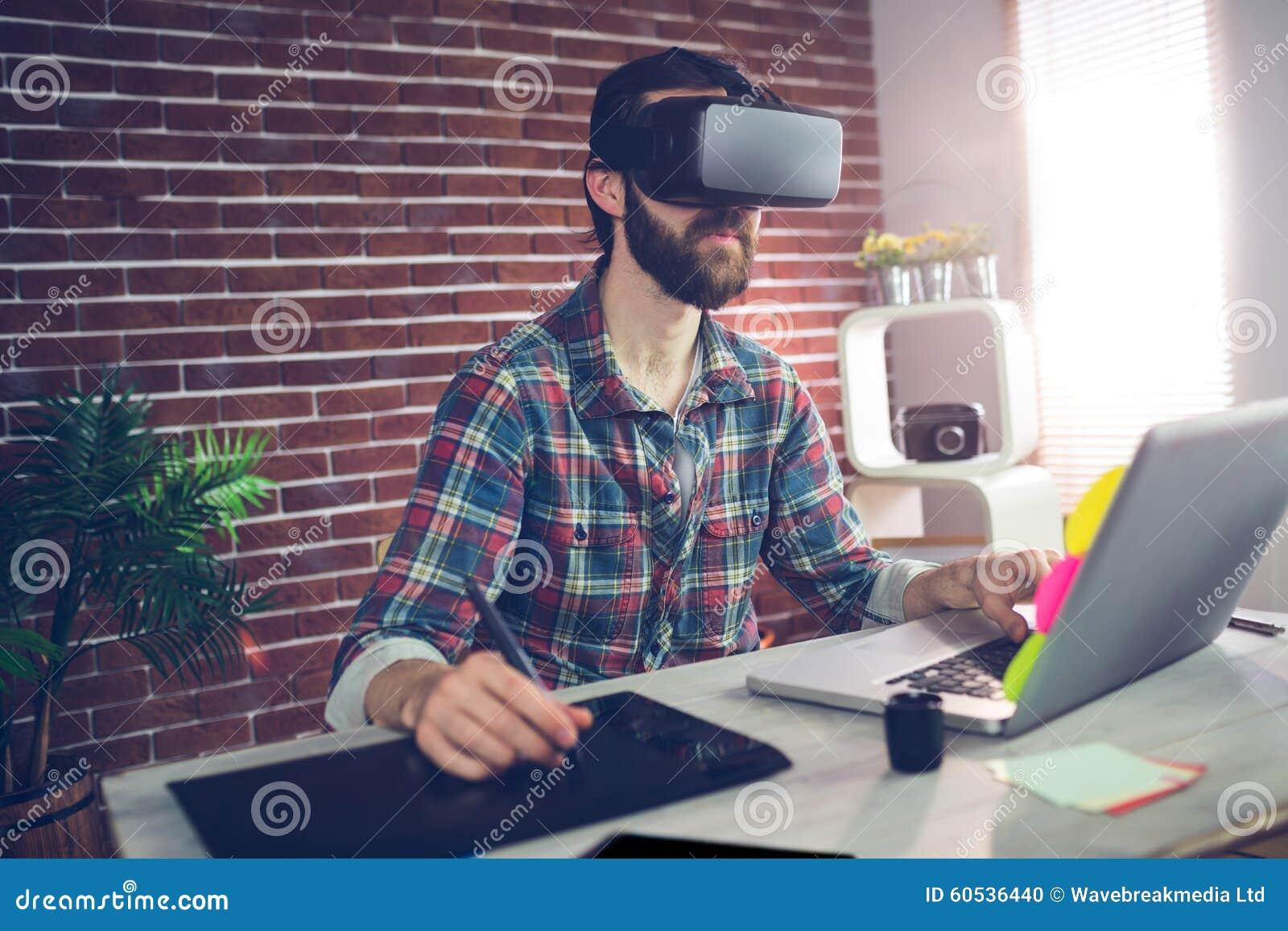 Σοβαρός δημιουργικός επιχειρηματίας που χρησιμοποιεί τα τρισδιάστατα τηλεοπτικά γυαλιά και το lap-top