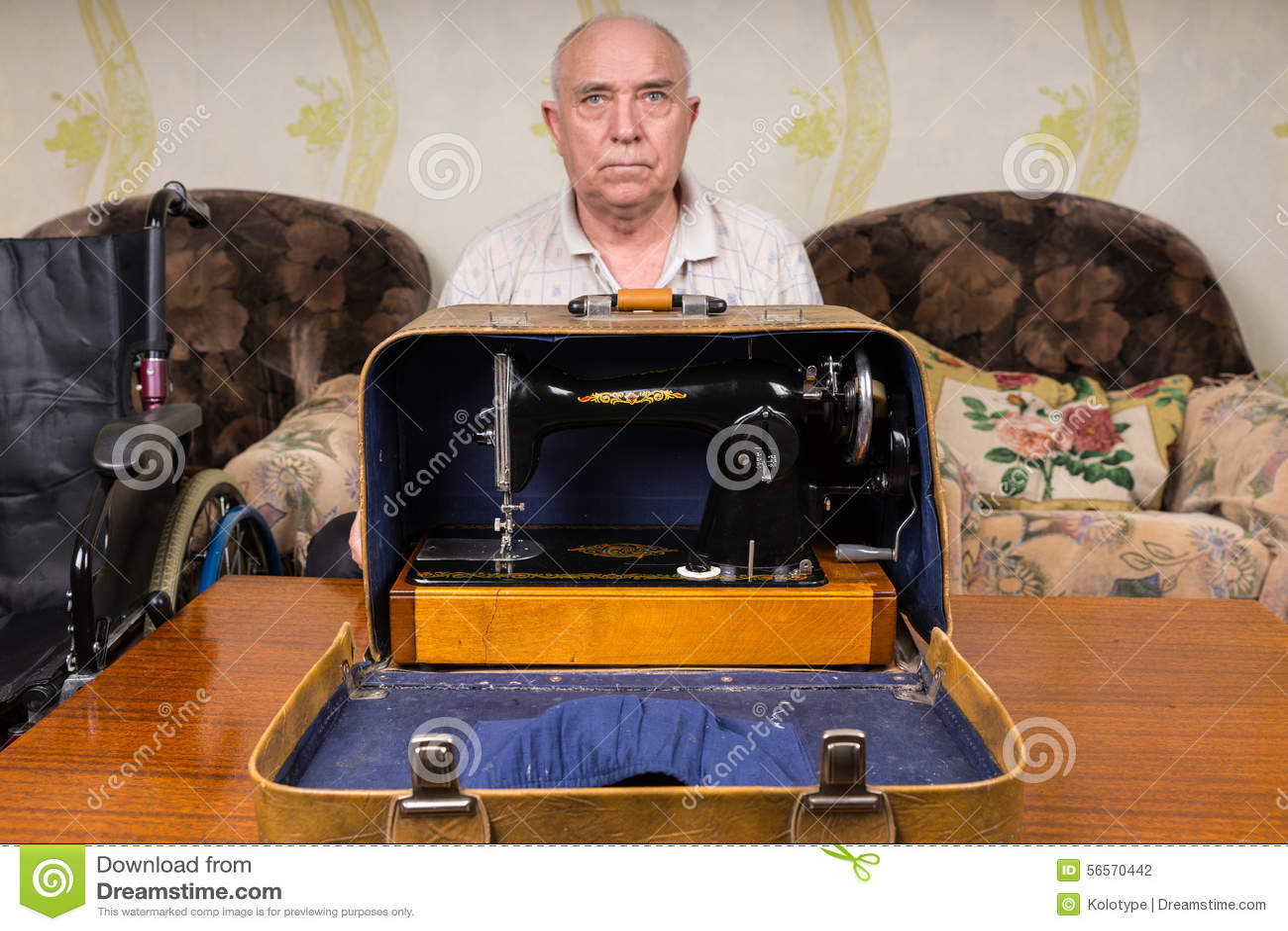 Download Σοβαρός ηληκιωμένος πίσω από μια περίπτωση μηχανών ραψίματος Στοκ Εικόνες - εικόνα από αποχώρηση, παλαιός: 56570442