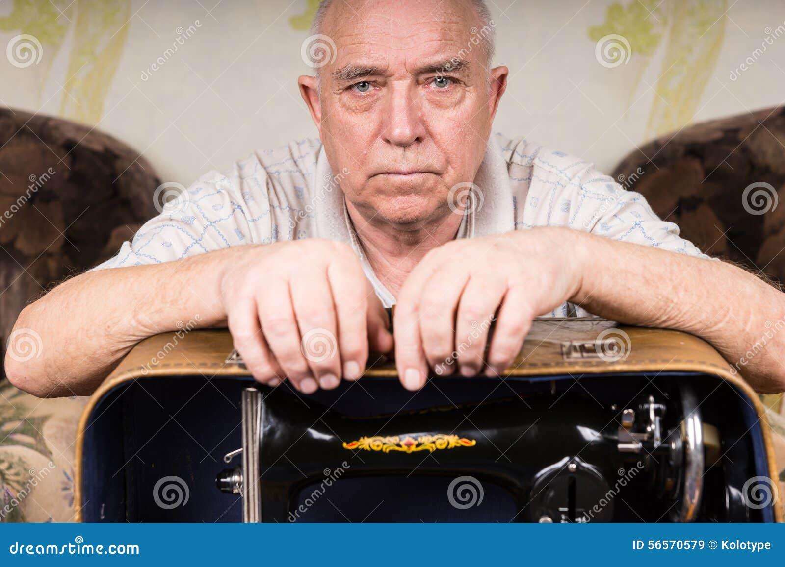 Download Σοβαρός παλαιός τύπος ραφτών που κλίνει στη ράβοντας μηχανή Στοκ Εικόνα - εικόνα από βελόνα, ηλικιωμένοι: 56570579