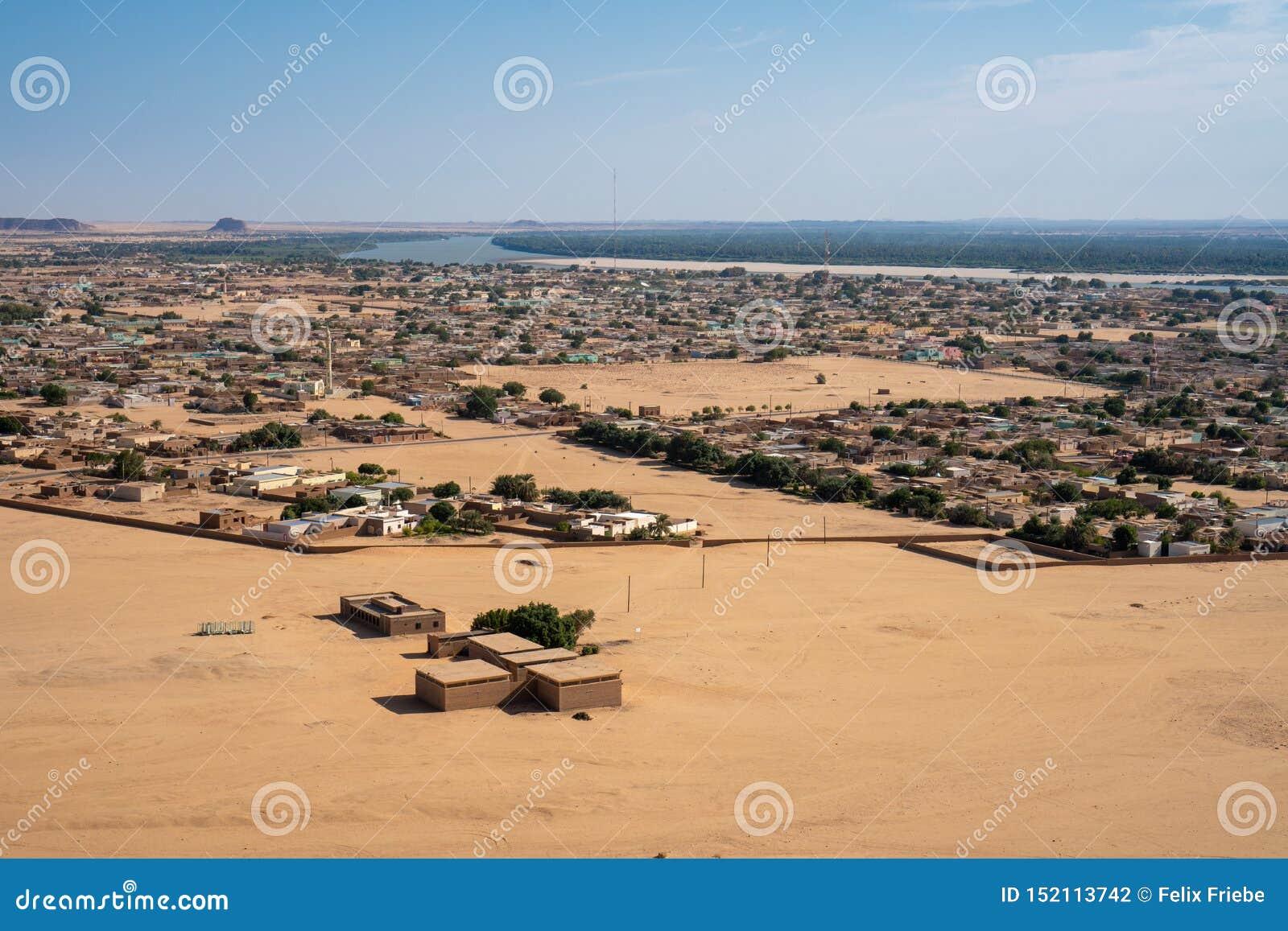 Σουδανέζικη πόλη της Karima που βλέπει από Jebel Berkal