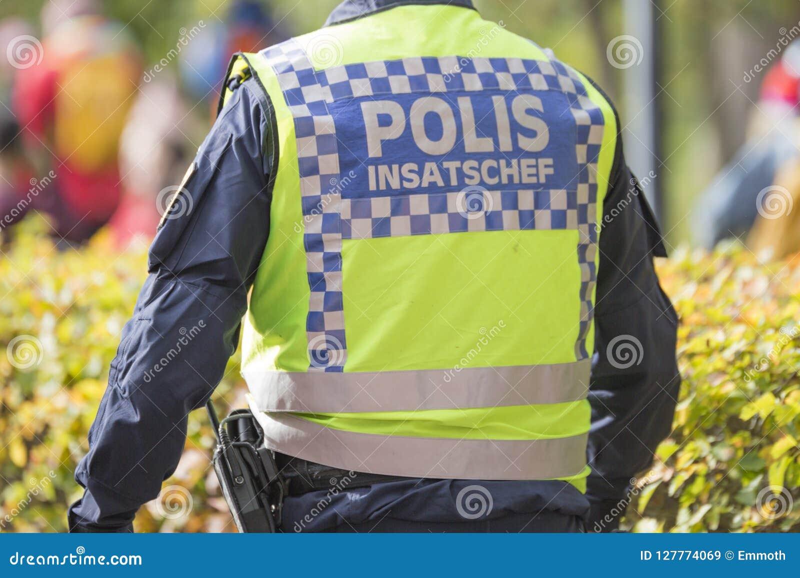 Σουηδικός διοικητής ομάδων εργασίας αστυνομίας με την αντανακλαστική φανέλλα
