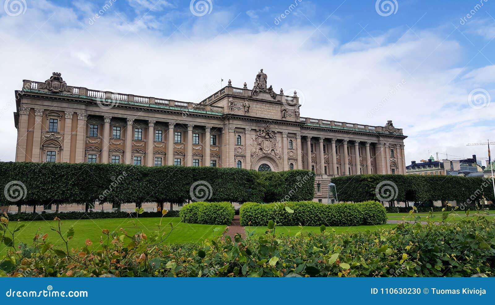 Σουηδικό σπίτι της ευρείας γωνίας του Κοινοβουλίου που πυροβολείται με τον κήπο στο πρώτο πλάνο