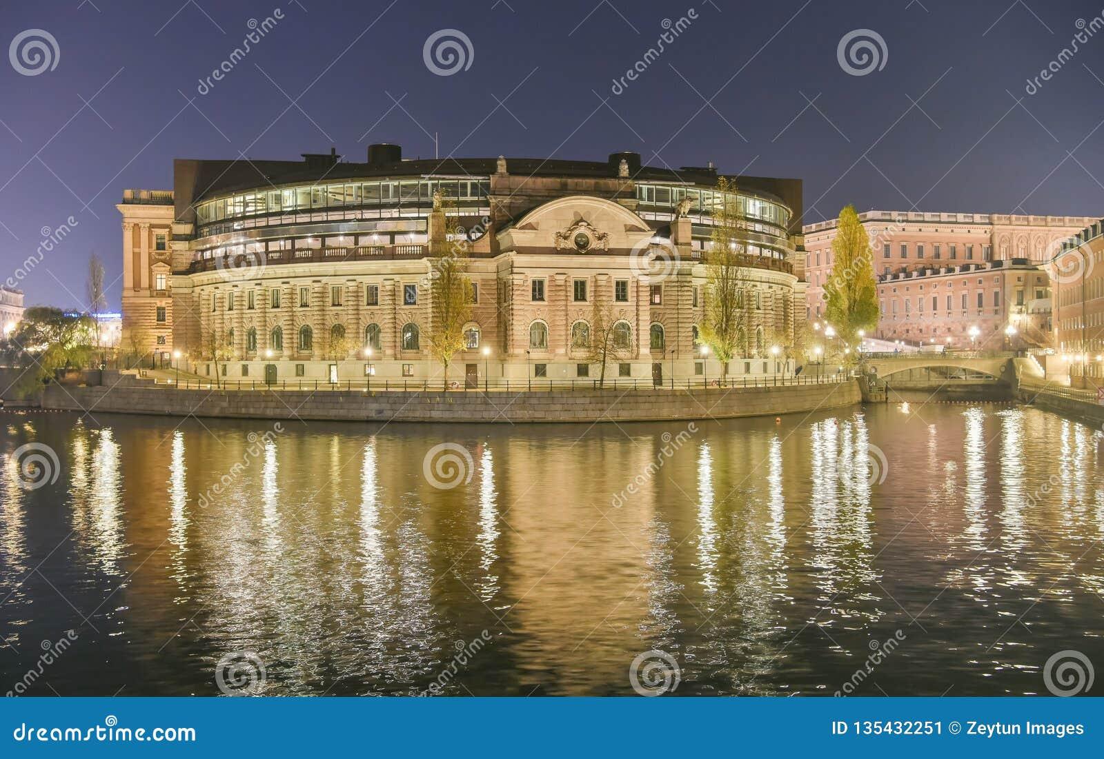Σουηδικό σπίτι Riksdagshuset του Κοινοβουλίου στη Στοκχόλμη τη νύχτα