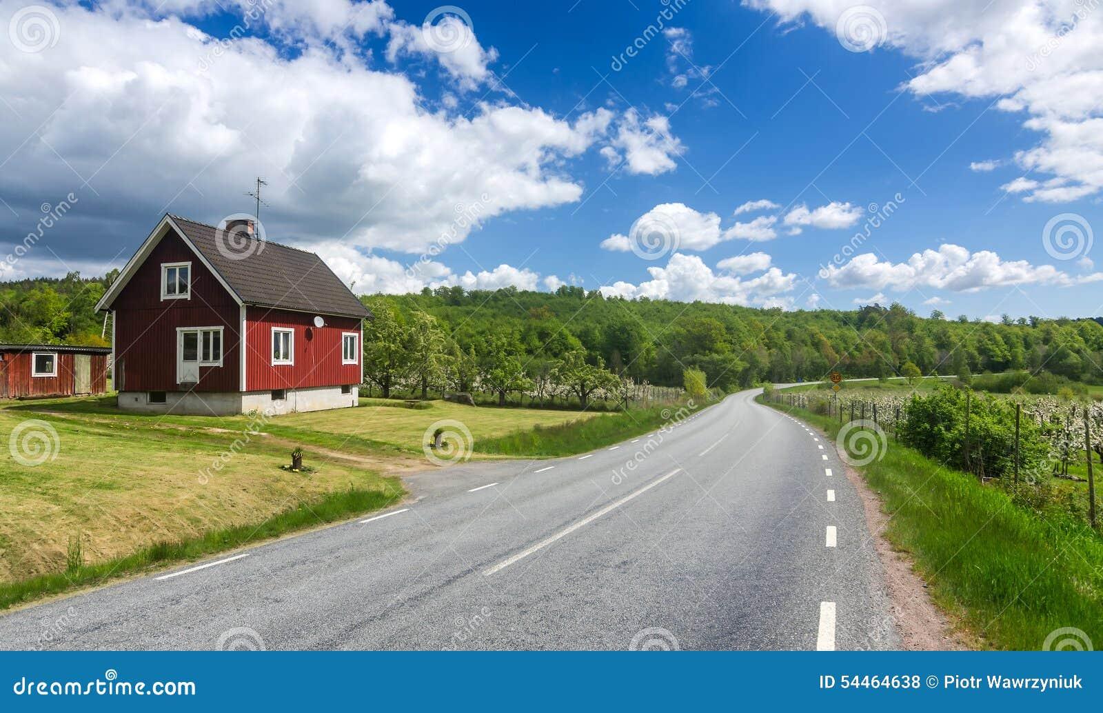 Σουηδικό αγρόκτημα κοντά στο δρόμο