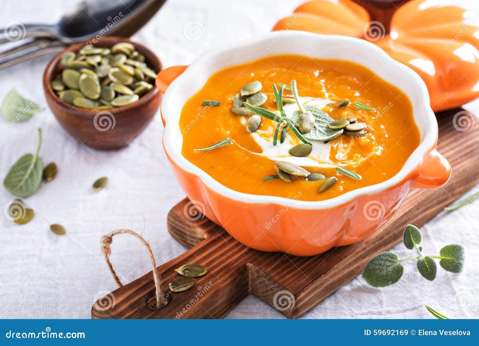 Σούπα κολοκύθας με την κρέμα, τα χορτάρια και τους σπόρους