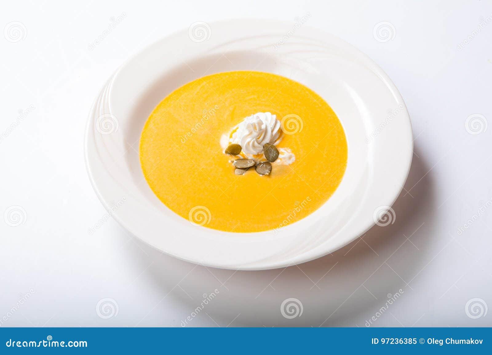 Σούπα κολοκύθας με τους κτυπημένους σπόρους κρέμας και κολοκύθας
