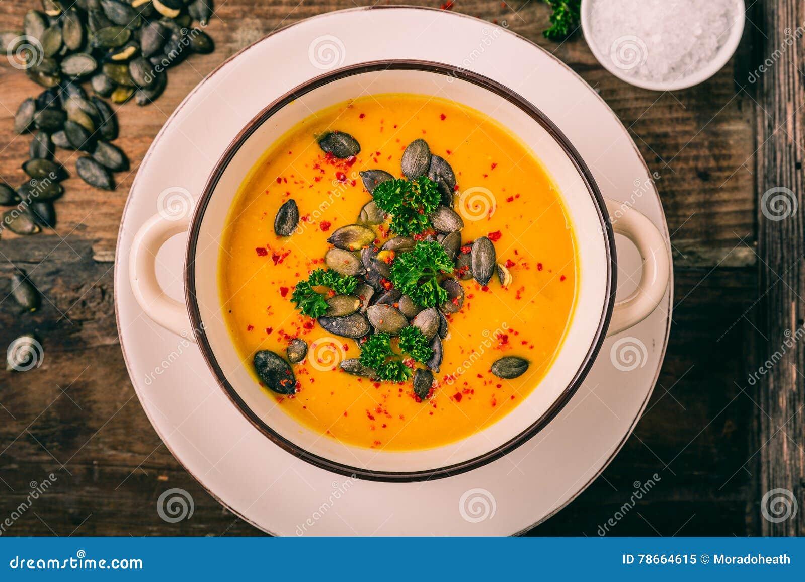 Σούπα κολοκύθας με τους σπόρους κολοκύθας και τα πιπέρια τσίλι