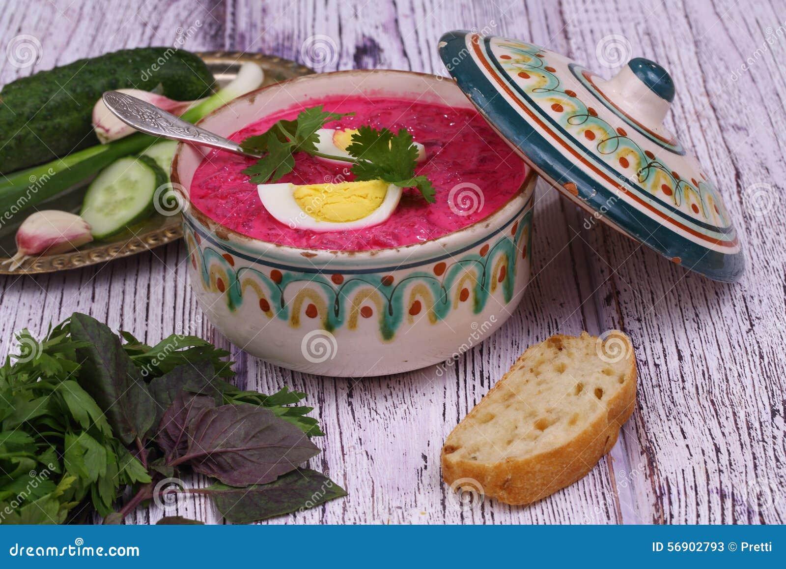 Σούπα παντζαριών - κρύα σούπα με ένα τεύτλο και ένα αυγό που υποβάλλονται σε ένα sou