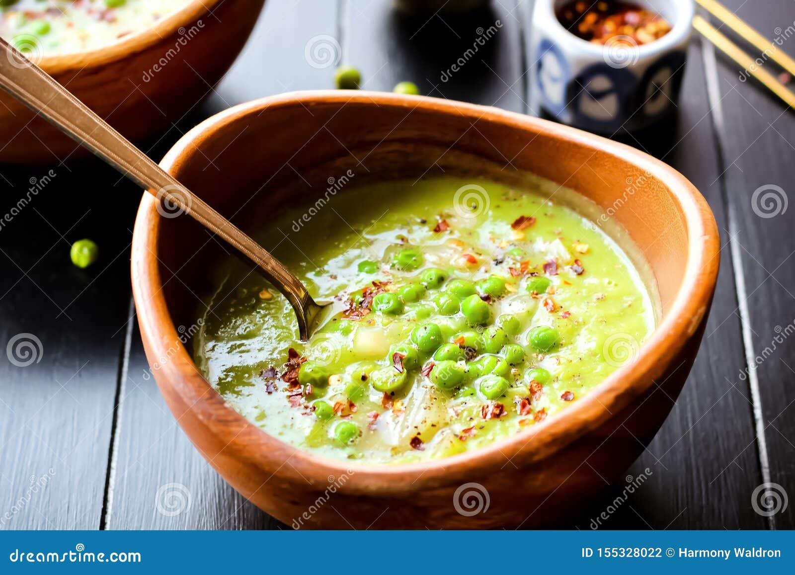 Σούπα πράσινων μπιζελιών με το κόκκινο πιπέρι