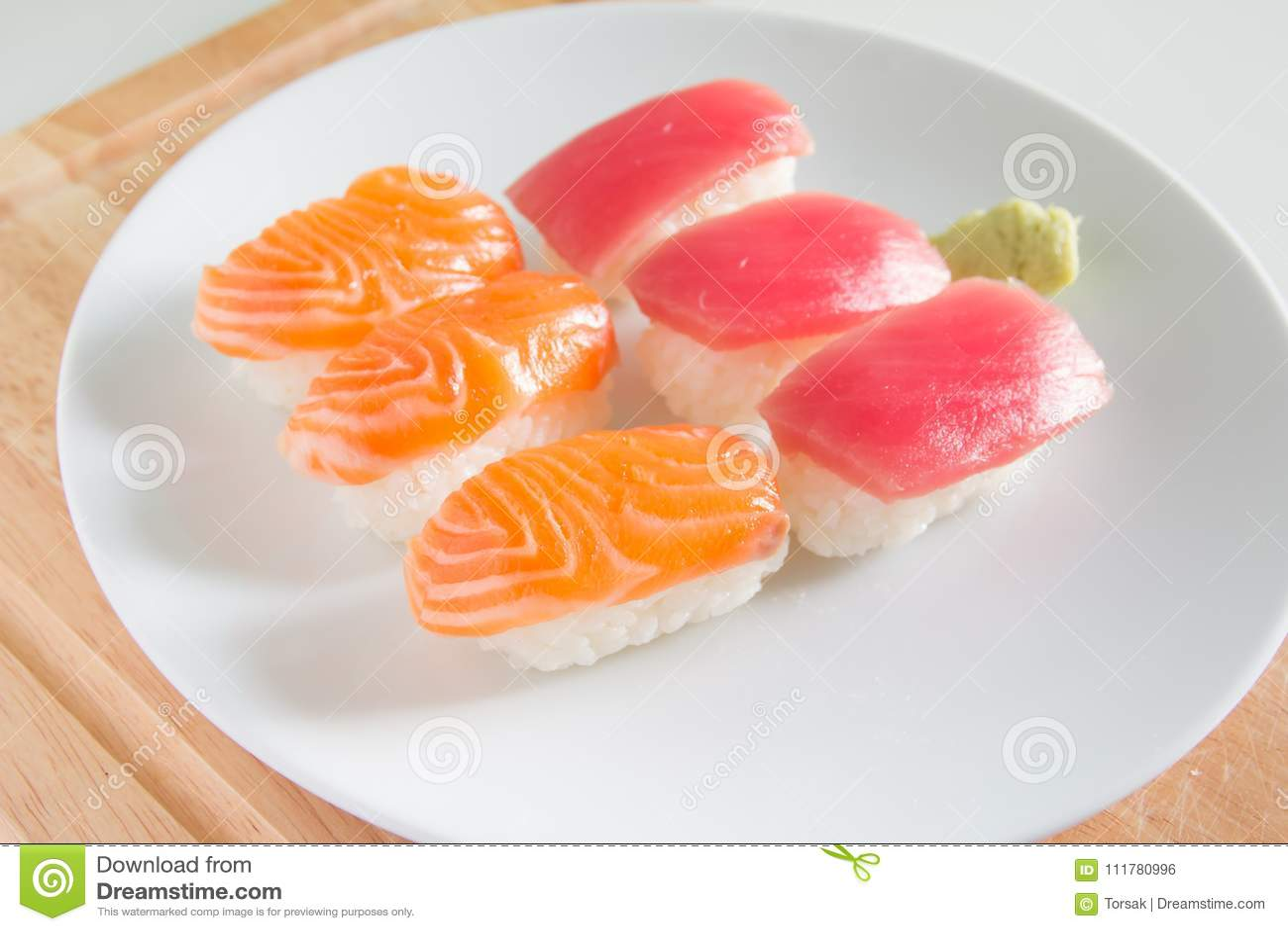 Σούσια που τίθενται στο άσπρο πιάτο Τρόφιμα Janpan