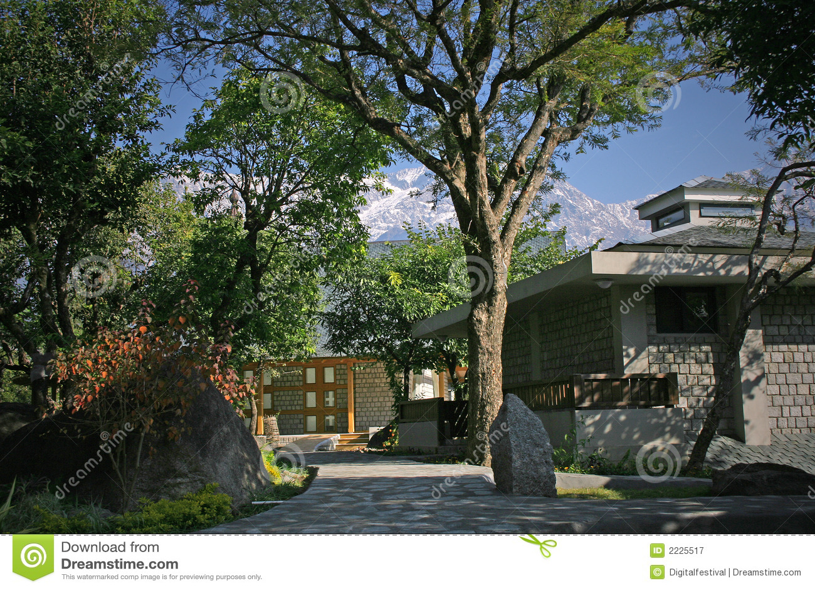Download σπίτια εξοχικών σπιτιών στοκ εικόνα. εικόνα από σύννεφα - 2225517