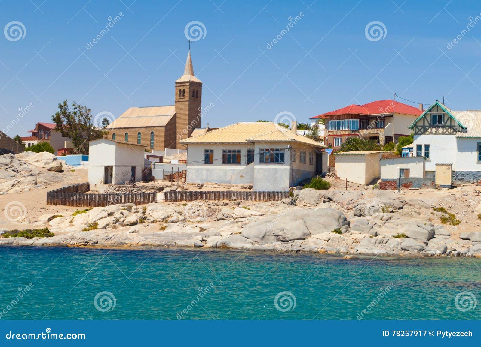 Σπίτια και εκκλησία ακτών σε Luderitz