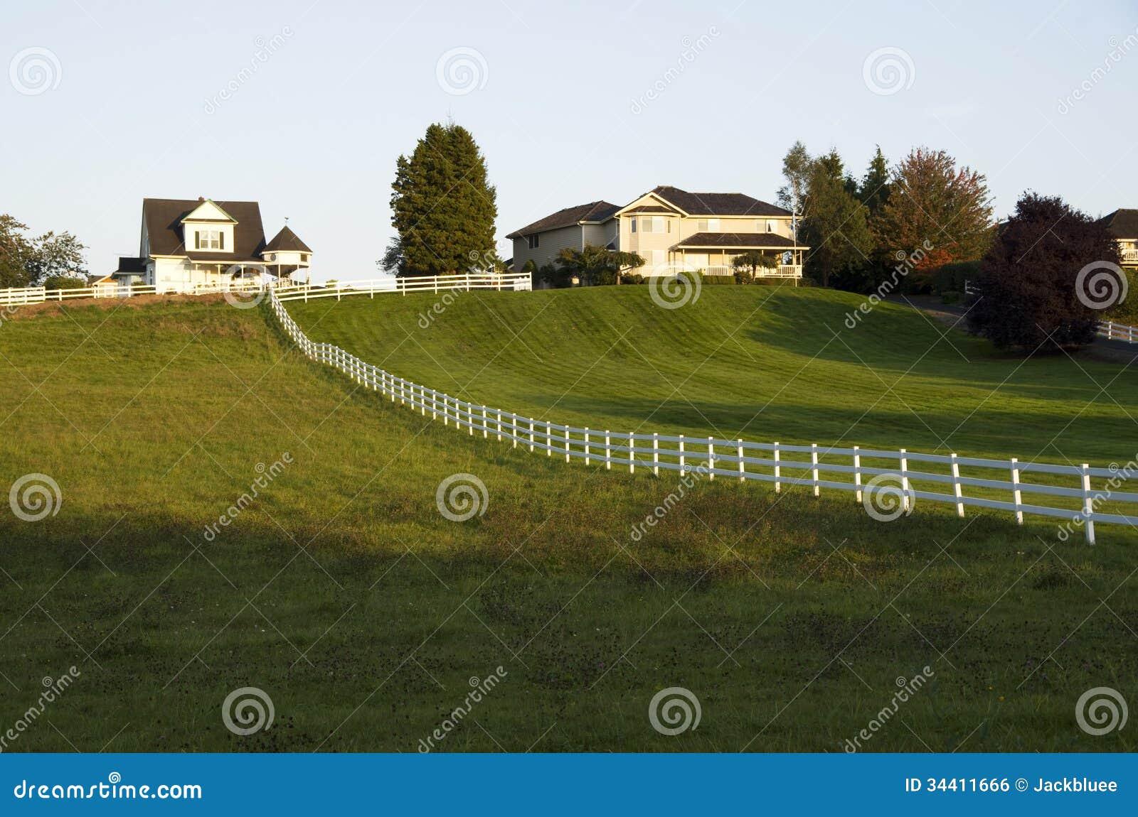 Σπίτια με το μεγάλο μπροστινό χορτοτάπητα ναυπηγείων